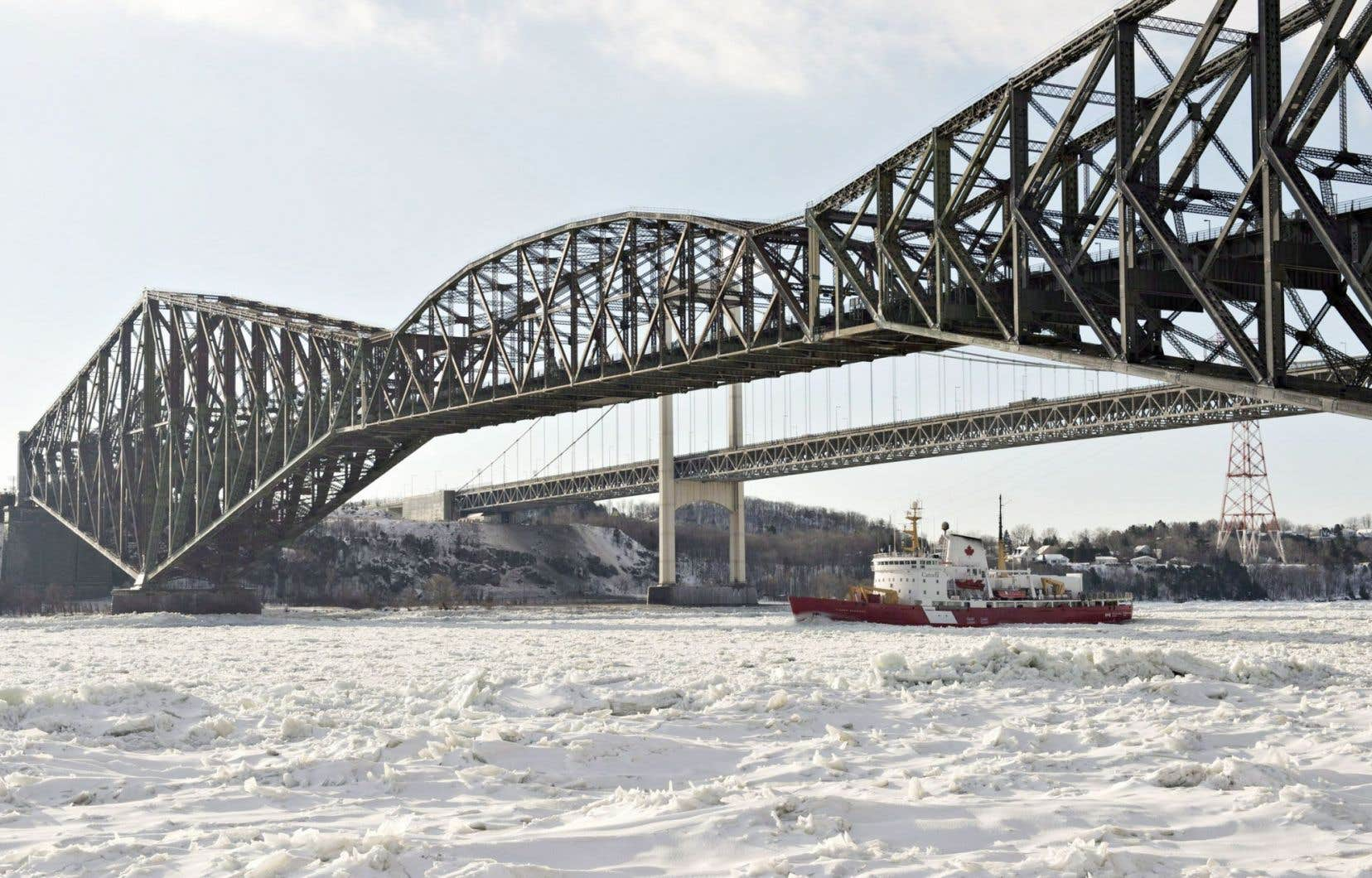 On estime à 200millions de dollars les coûts totaux des travaux à l'heure actuelle. Le ministre fédéral de l'Infrastructure Denis Lebel a été clair sur le fait qu'il n'y aurait pas de coups de pinceau tant que le propriétaire du pont de Québec, le Canadien National, n'aurait pas confirmé son aide.