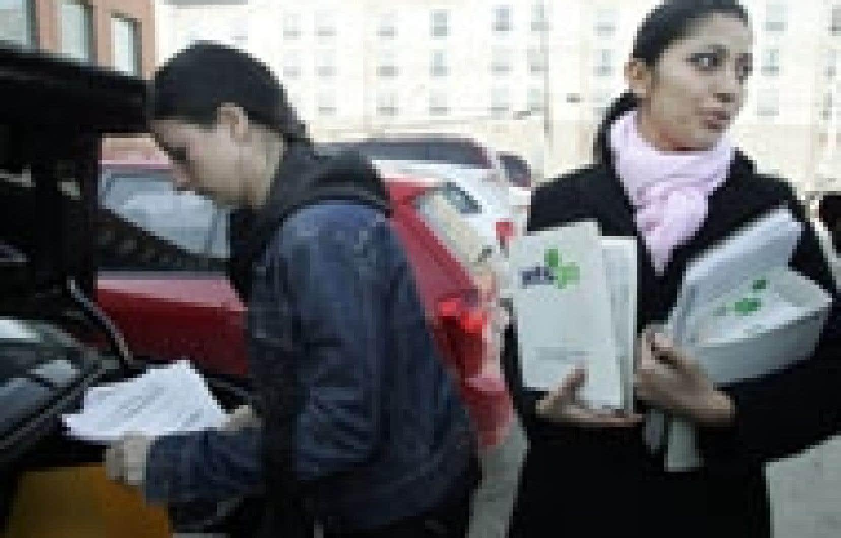 Des employées de Jetsgo s'apprêtent à rendre leurs manuels professionnels avant de recevoir leur dernier chèque de paie. Au total, Jetsgo a dépensé quelque six millions en un mois pour assurer sa survie et permettre une éventuelle relance. La pl
