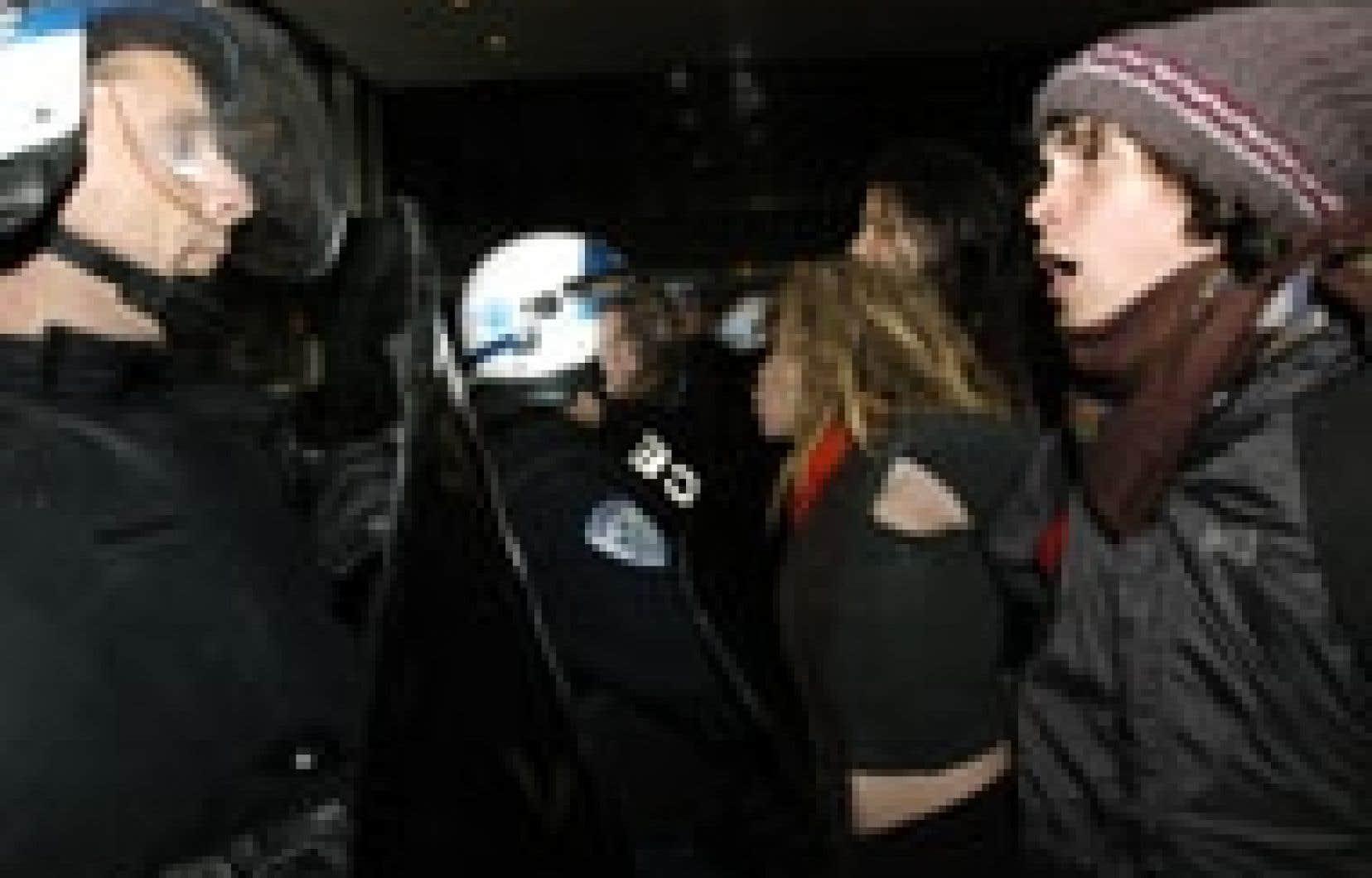 Une centaine d'étudiants de la CASSEE ont perturbé les activités de la Bourse de Montréal, ce qui a nécessité de nouveau une intervention policière.
