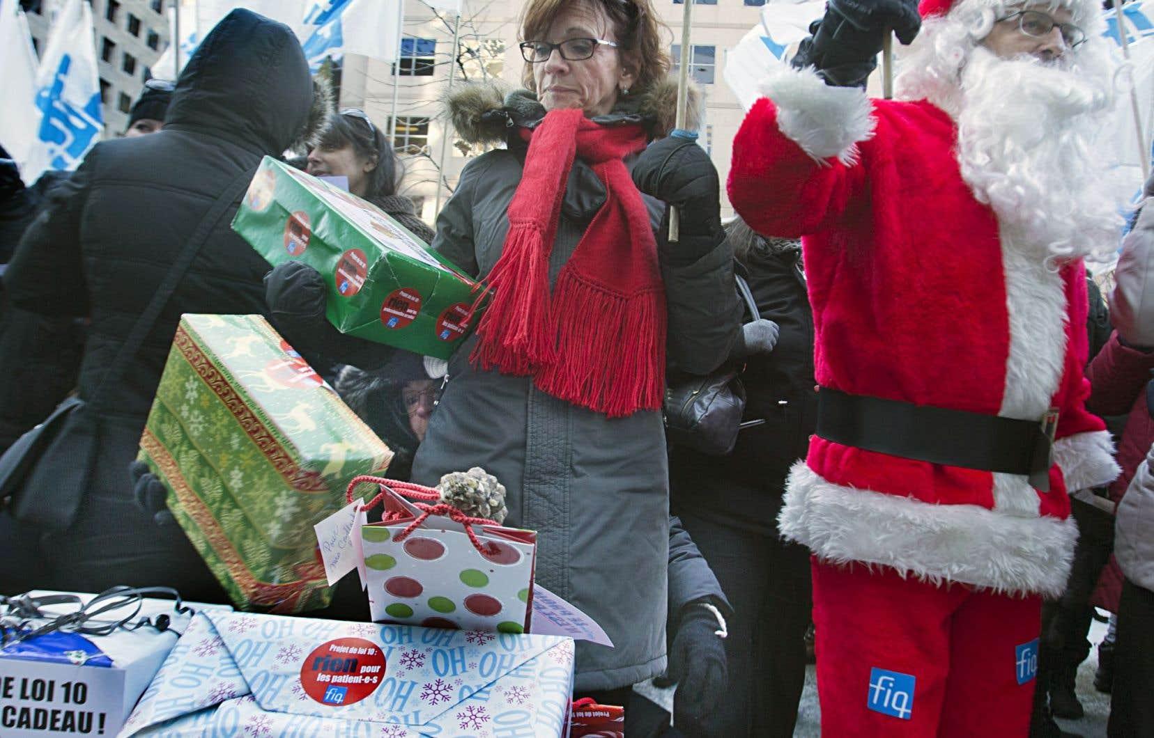 Des manifestations pilotées par les différents syndicats en santé sont organisées presque quotidiennement. La Fédération interprofessionnelle de la santé manifestait devant les bureaux de Philippe Couillard jeudi.