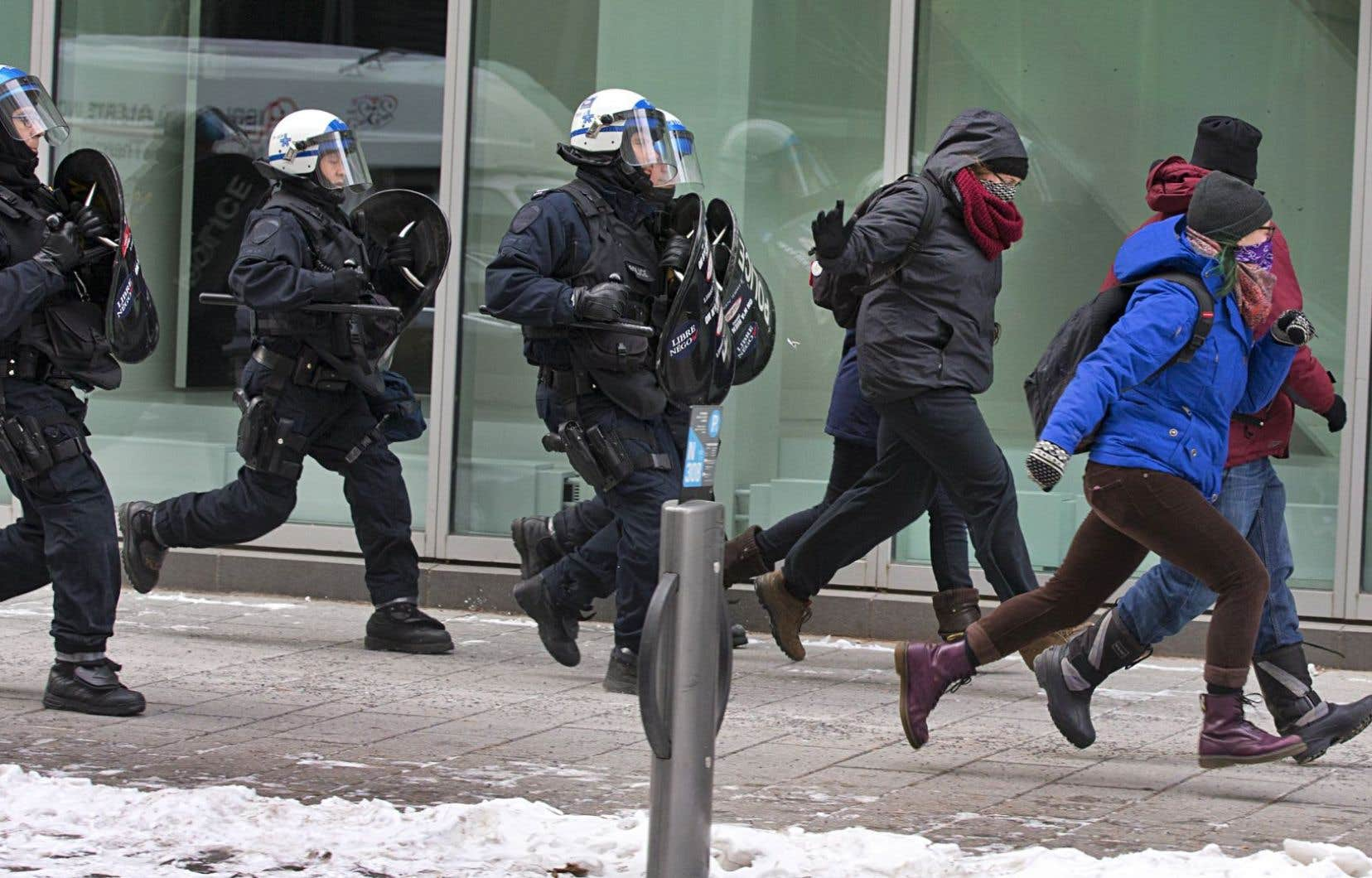 En marge du forum sur les ressources naturelles, qui se tenait lundi au Palais des congrès, une manifestation regroupant une vingtaine de personnes a eu lieu sous surveillance policière. Les participants dénonçaient le manque de consultation des citoyens dans l'exploitation des ressources québécoises.