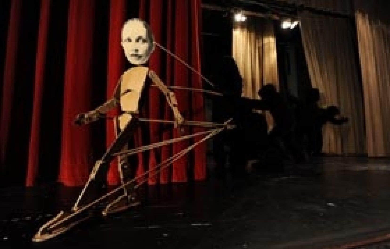 Le Pinocchio, animé par quatre danseurs tout de noir vêtus, prendra vie et, on le voit venir, deviendra intraitable.