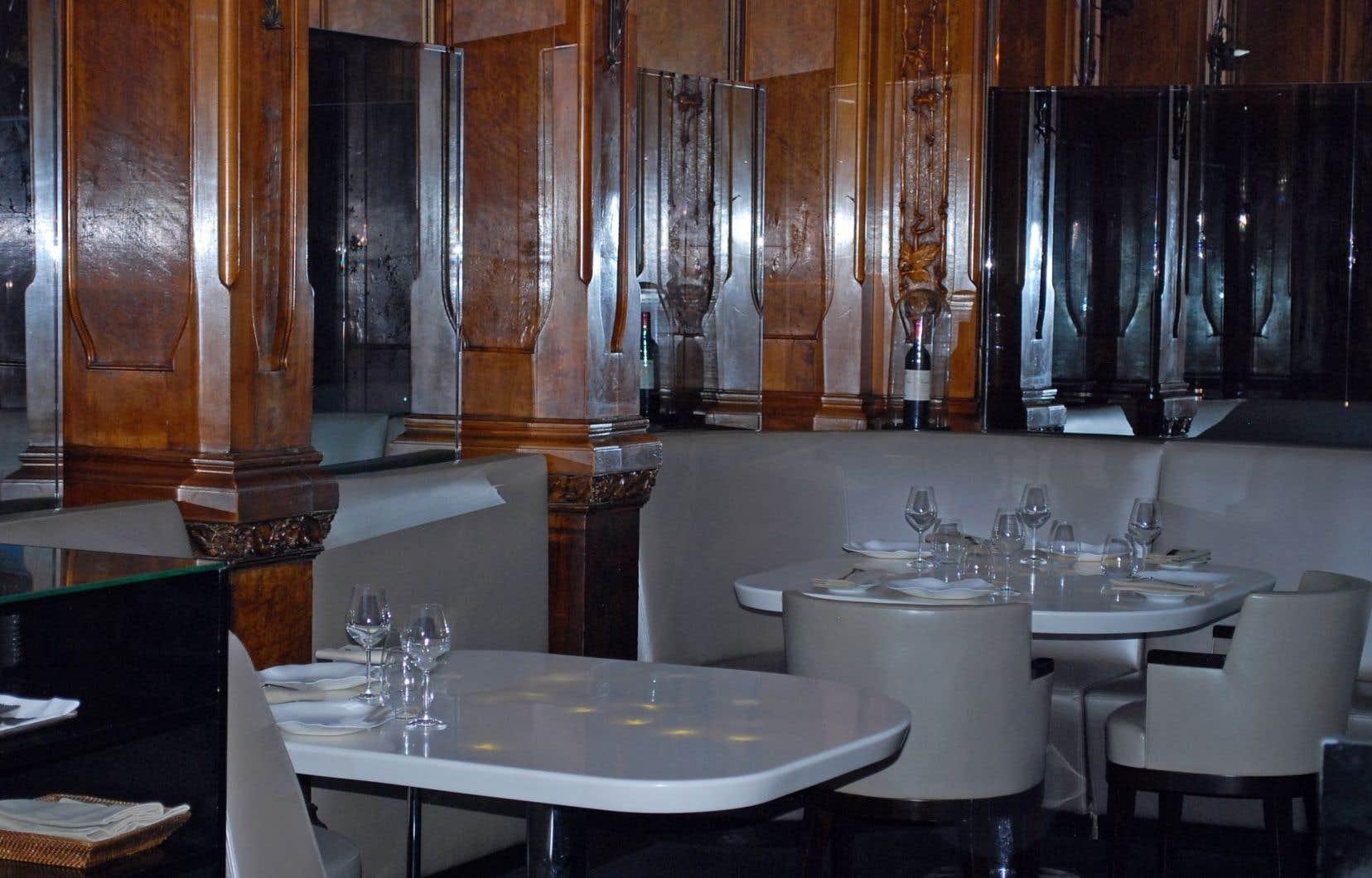 Des boiseries Majorelle et de magnifiques tables rétro éclairées donnent une prestance au célèbre établissement Lucas Carton, situé place de la Madeleine à Paris.