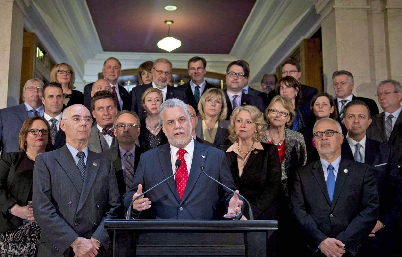 Le premier ministre Philippe Couillard entouré de son équipe libérale.