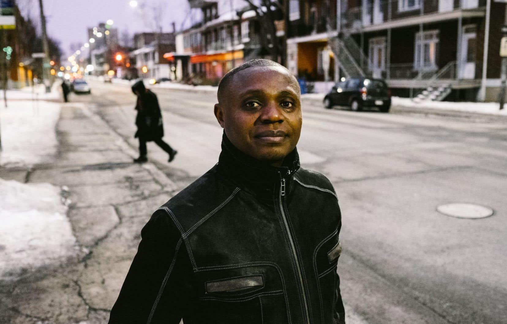 Eunnick Josué Kakudji, que ses proches appellent Kalala, photographié dans une rue de Québec dimanche. Il a fui la RDC avec son oncle à l'âge de 15 ans. Ses parents et l'un de ses frères ont été tués. Après 13 ans d'attente, un frère et une sœur le rejoindront enfin, mais un autre frère restera séparé d'eux.