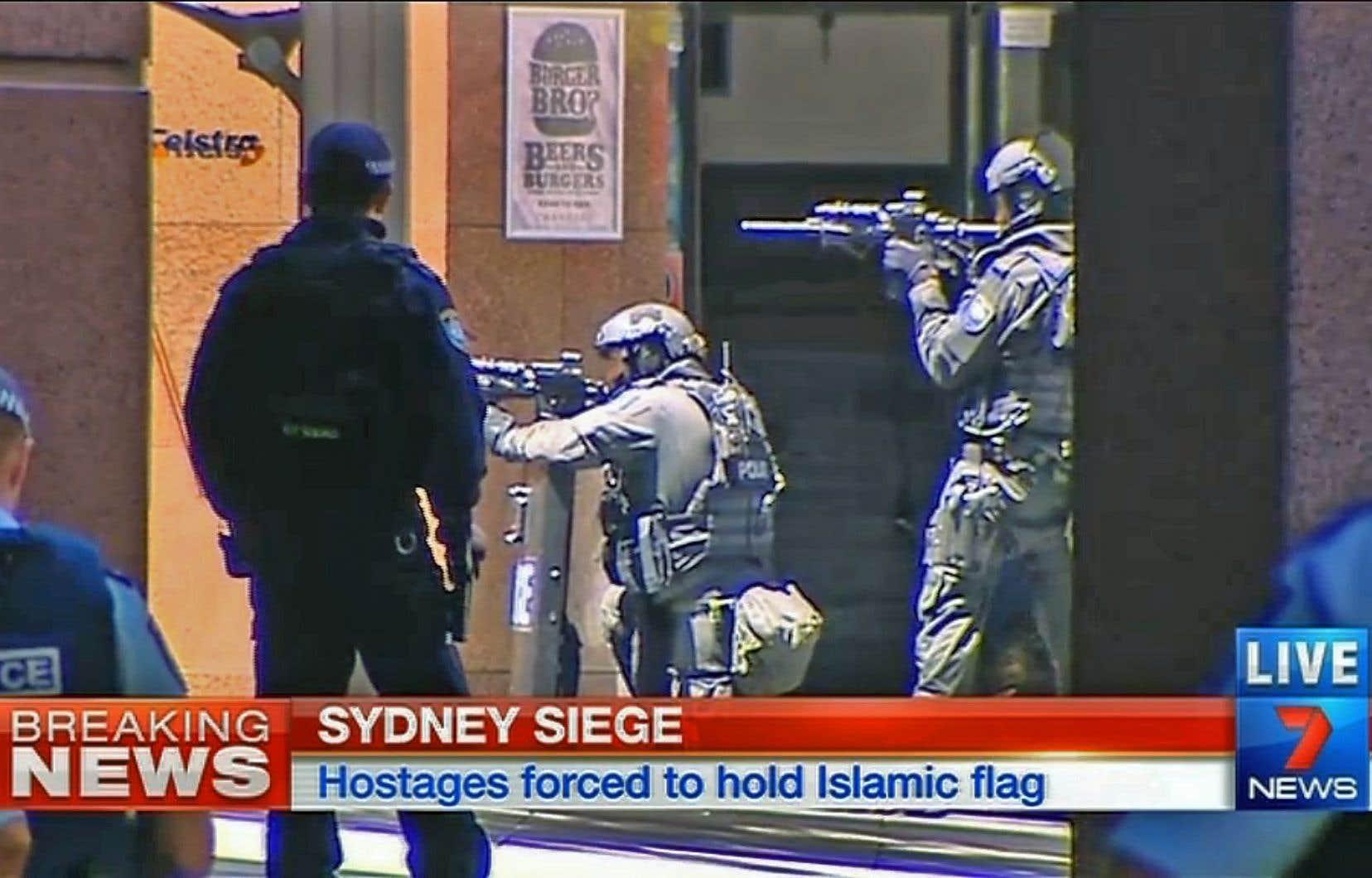 Des images de télévision montrent des hommes des forces de l'ordre en équipement lourd, pointant des armes à feu en direction de l'établissement.<br />