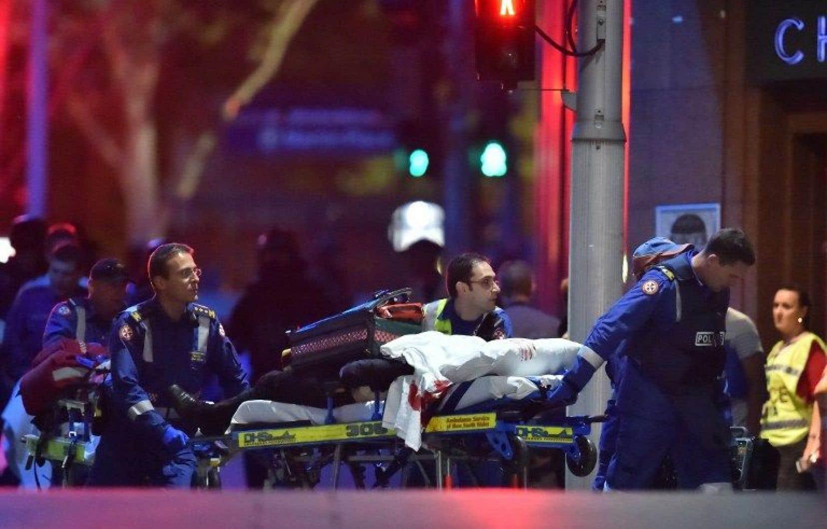 Certains otages ont été emmenés sur des brancards. Trois autres auraient été grièvement blessés.