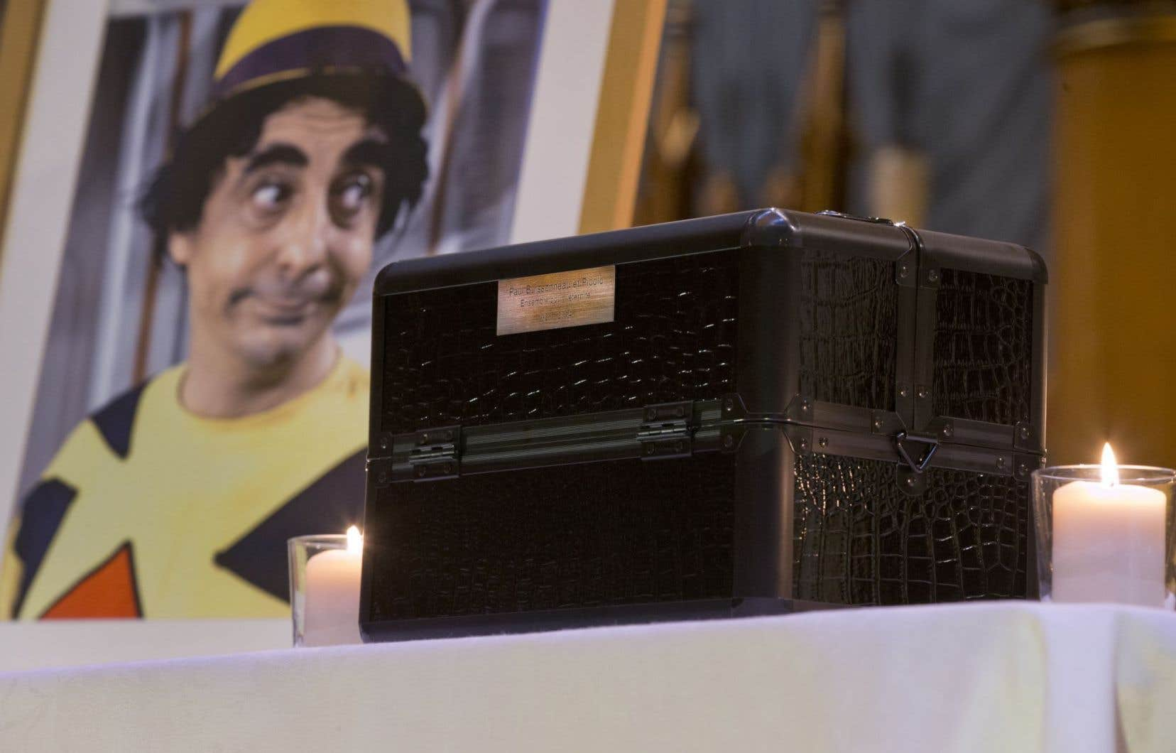 Urne peu commune pour l'homme de théâtre Paul Buissonneau: une ancienne boite de maquillage, sobrement rehaussée d'une plaque de laiton à sa mémoire.
