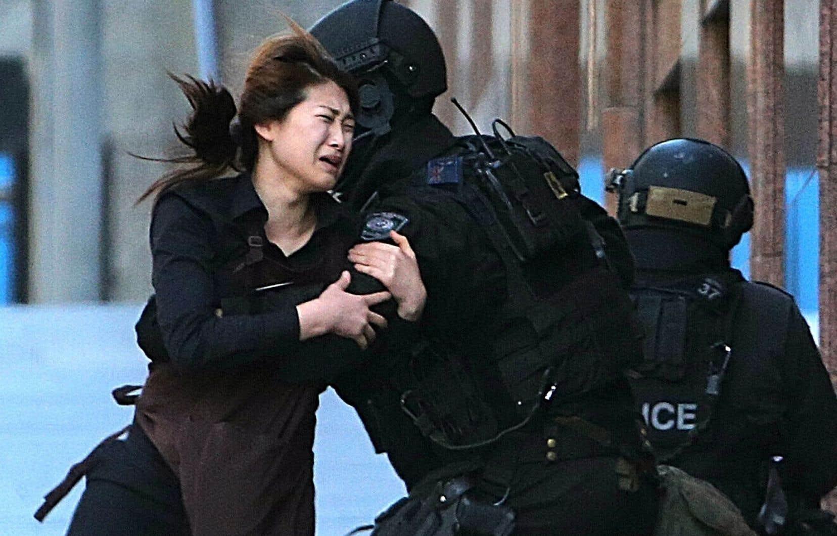 Une otage qui a réussi à s'enfuir se réfugie auprès des policiers.