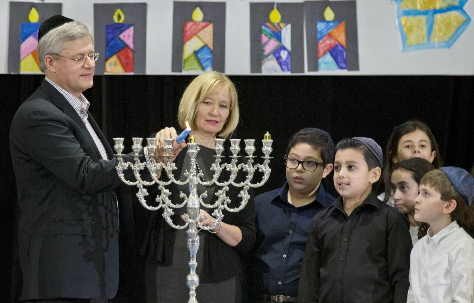 À Montréal en soirée, entourés de plus de 350 membres de la communauté juive, Stephen Harper et son épouse Laureen ont allumé la première bougie marquant le début de la fête de Hanoukka.