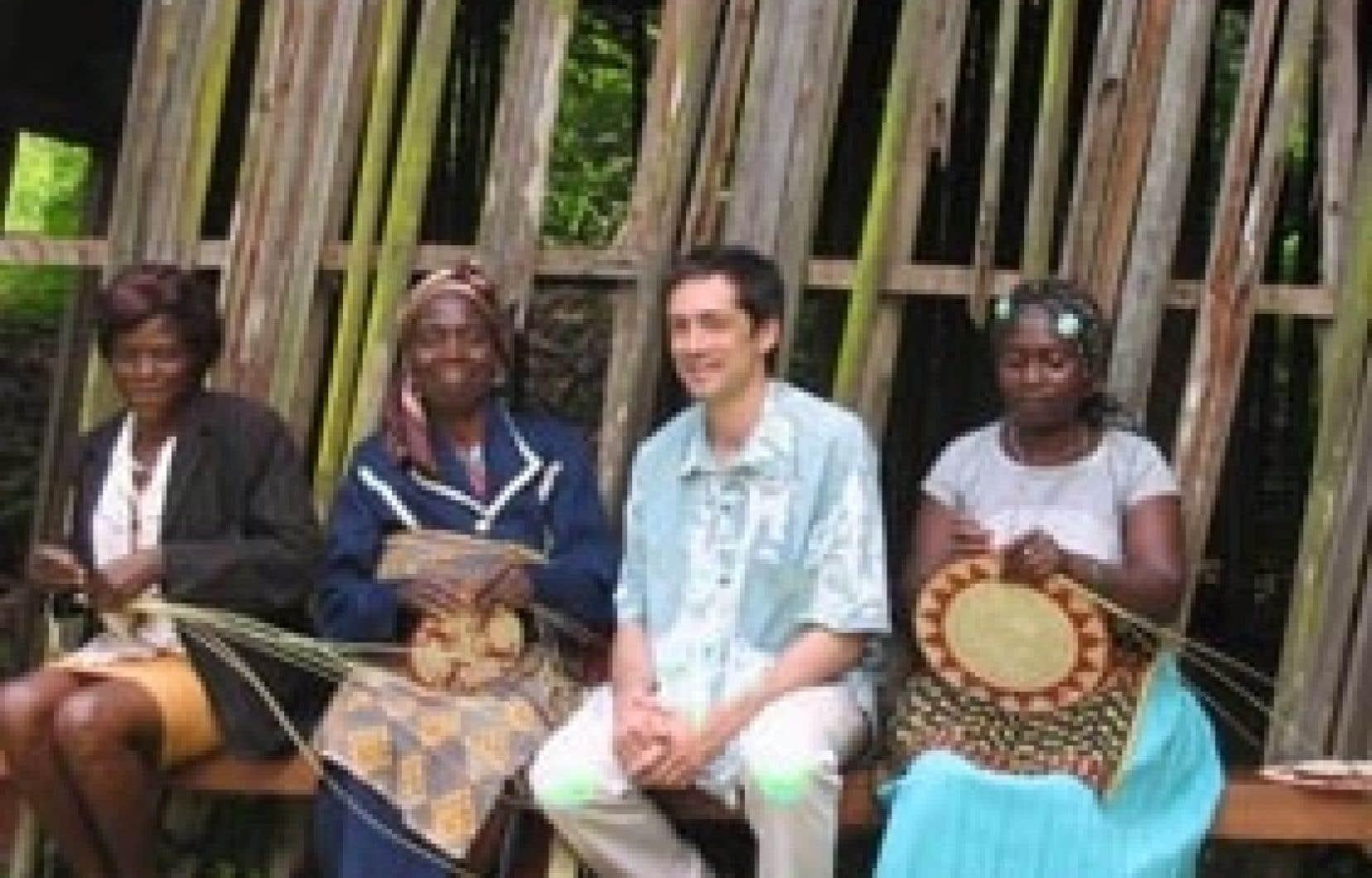 gracieuseté françois bellemare Amoureux de l'Afrique, François Bellemare s'y rend régulièrement pour tisser des liens avec ses artisans-fournisseurs, comme ces travailleuses du raphia du village de Bafout, dans le nord-est du Cameroun.
