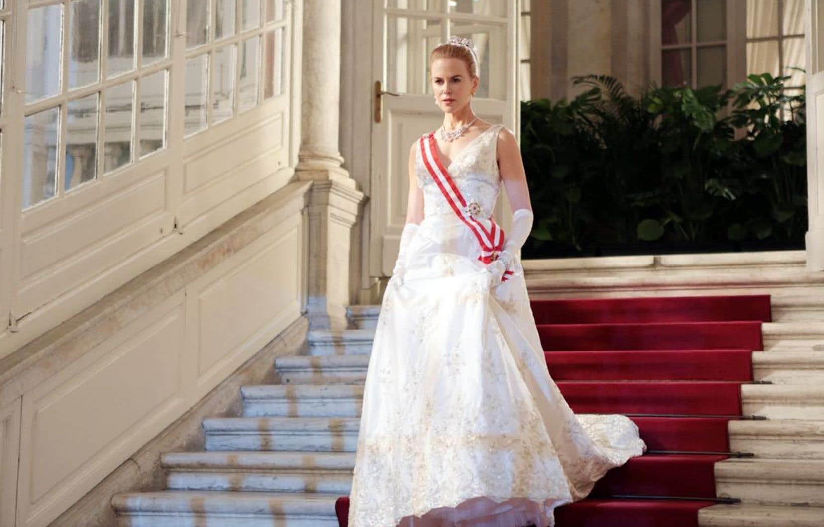 La star Nicole Kidman parade en apparats royaux, qui ajoutent au kitsch de l'ensemble.