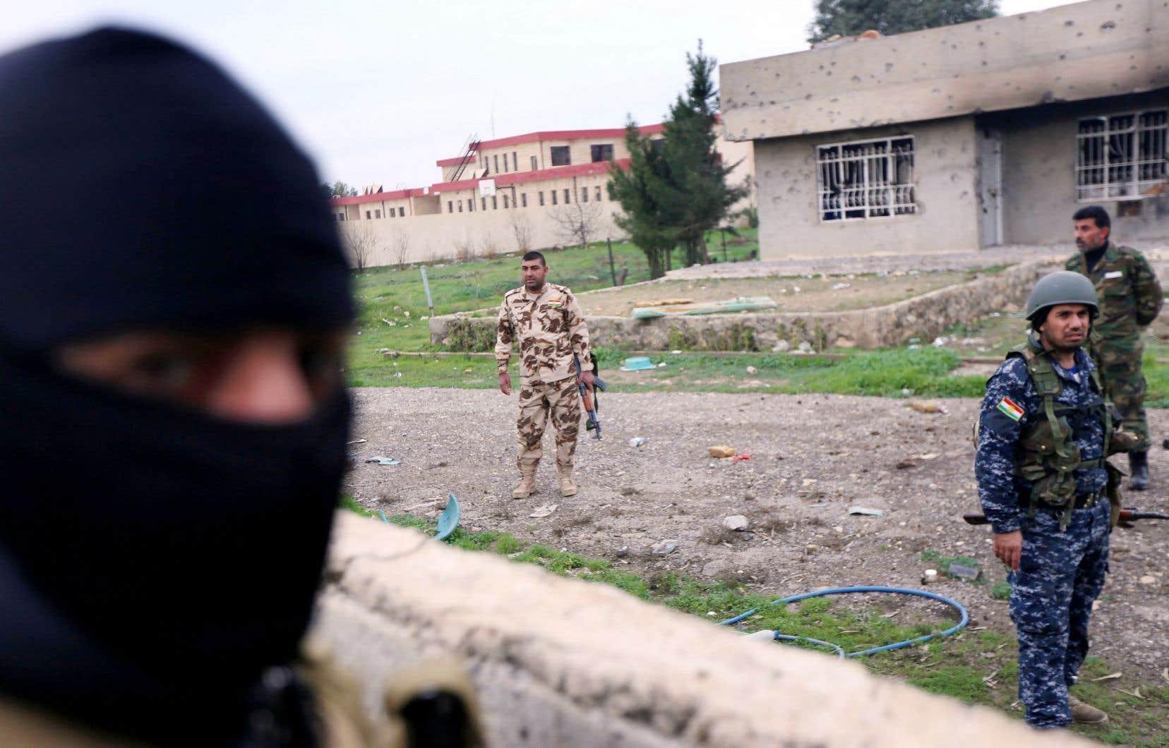 Des peshmerga patrouillaient dans la ville de Zummar jeudi.