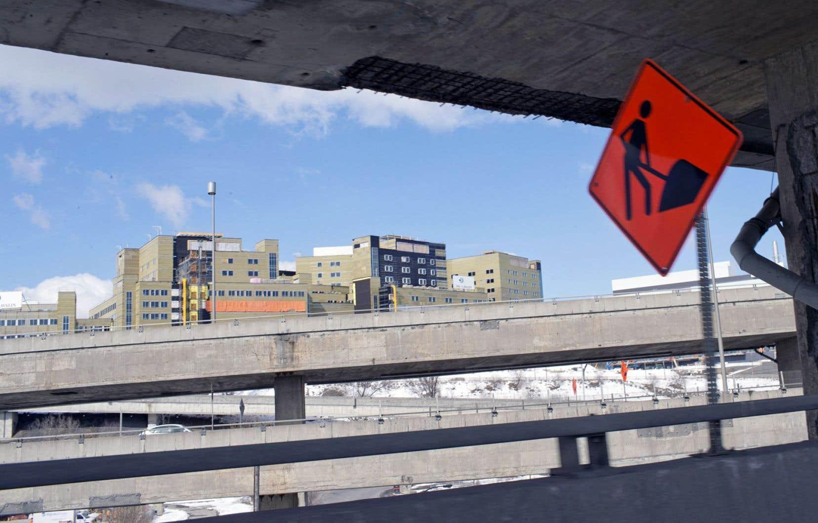 Le MTQ devra dépenser environ 400millions pour l'entretien de la structure existante. Ci-dessus, une voie de l'échangeur, avec en arrière-plan le chantier du Centre universitaire de santé McGill.