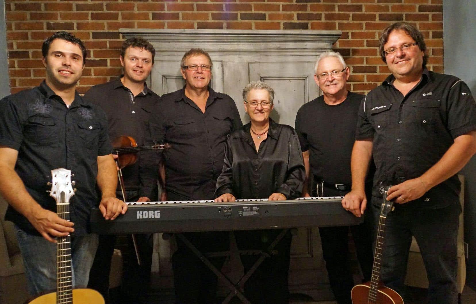 Hommage aux aînés est un groupe de chansons à répondre, un vrai de vrai, auquel se sont joints quelques jeunes dans les dernières années.