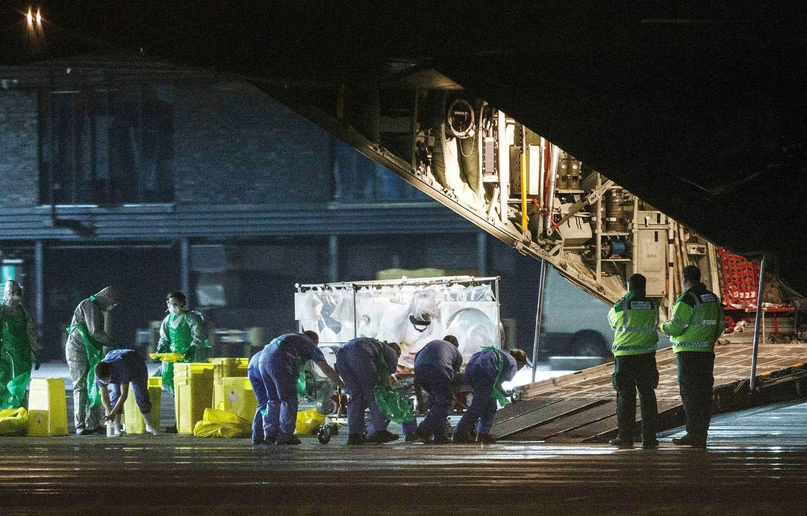 C'est dans un lit recouvert d'une tente disposant d'un système de ventilation autonome que l'infirmière d'origine écossaise qui a contracté le virus de l'Ebola en Sierra Leone a été transportée mardi, par avion-cargo, de Glasgow à Londres pour y être soignée.