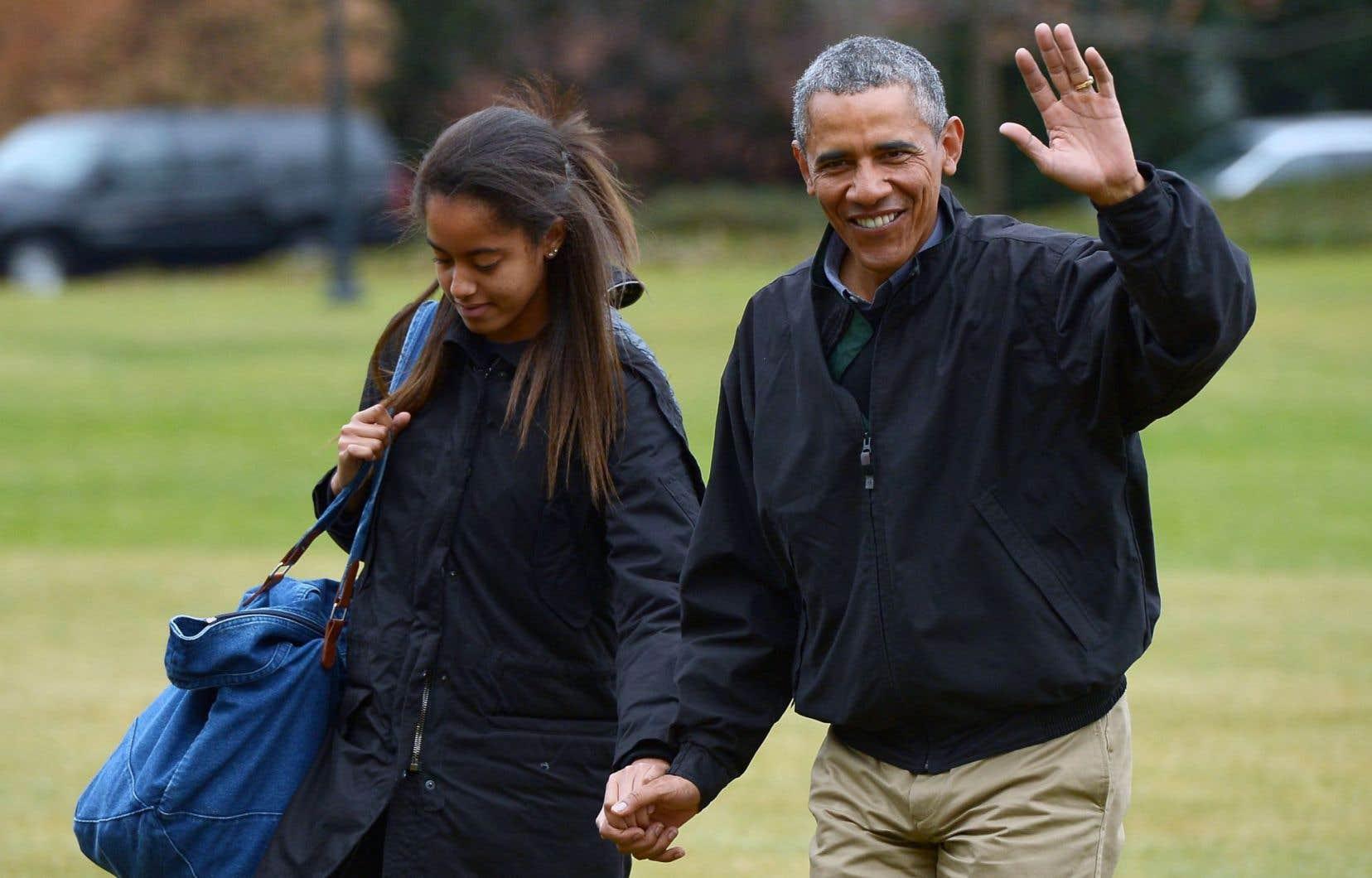 Le président américain, Barack Obama, accompagné de sa fille Malia, dimanche, lors de son retour à la Maison-Blanche après des vacances à Hawaii