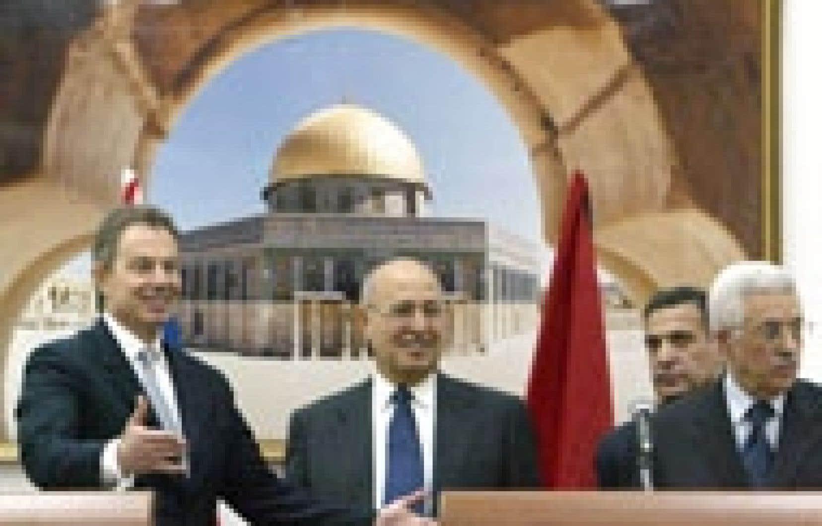 Le premier ministre britannique Tony Blair en compagnie du premier ministre palestinien Ahmed Qoreï.