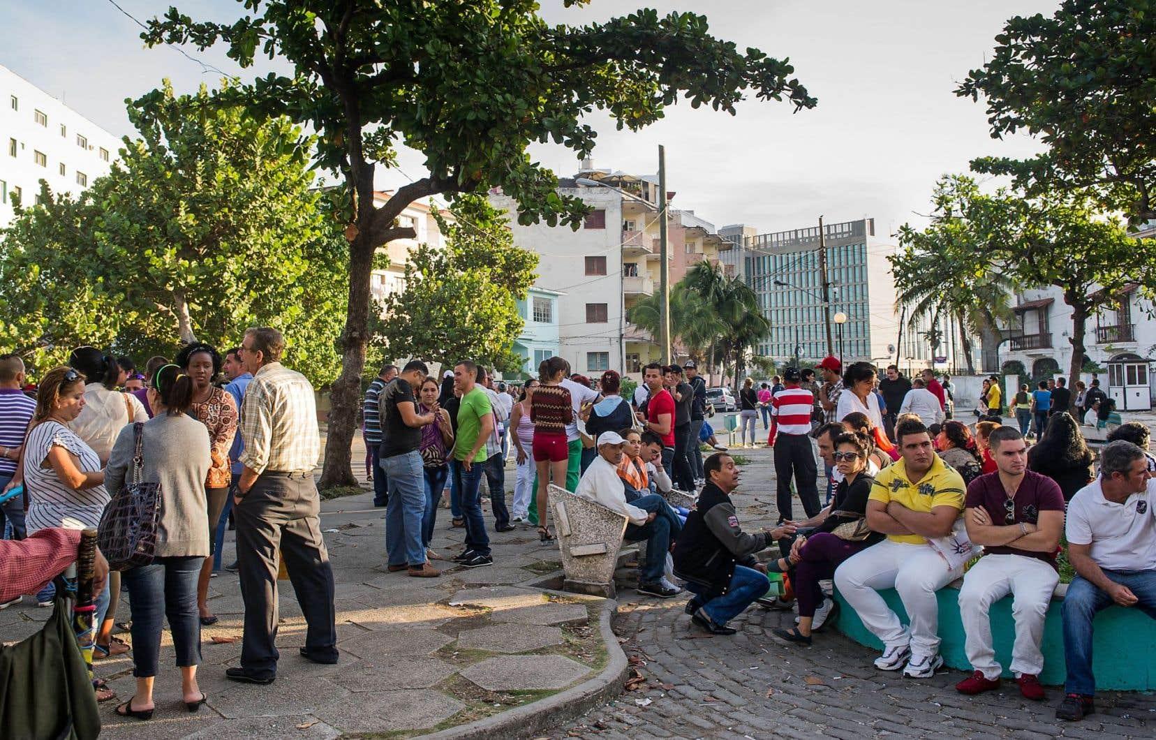 Des Cubains faisaient récemment le pied de grue devant le bureau des États-Unis à La Havane.