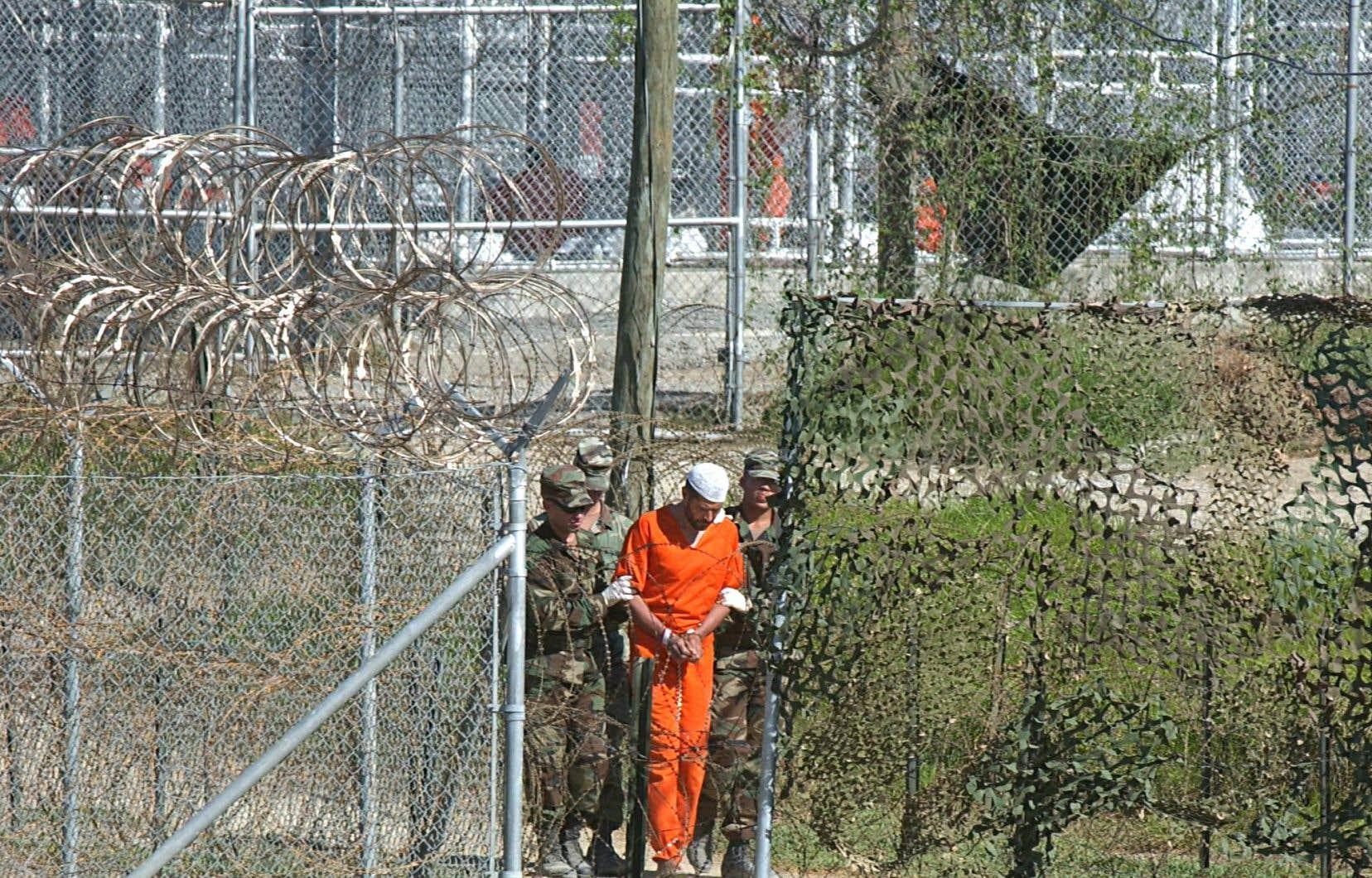 Un détenu était escorté par des militaires américains, en mars2002, au centre de détention de Guantánamo, sur l'île de Cuba.