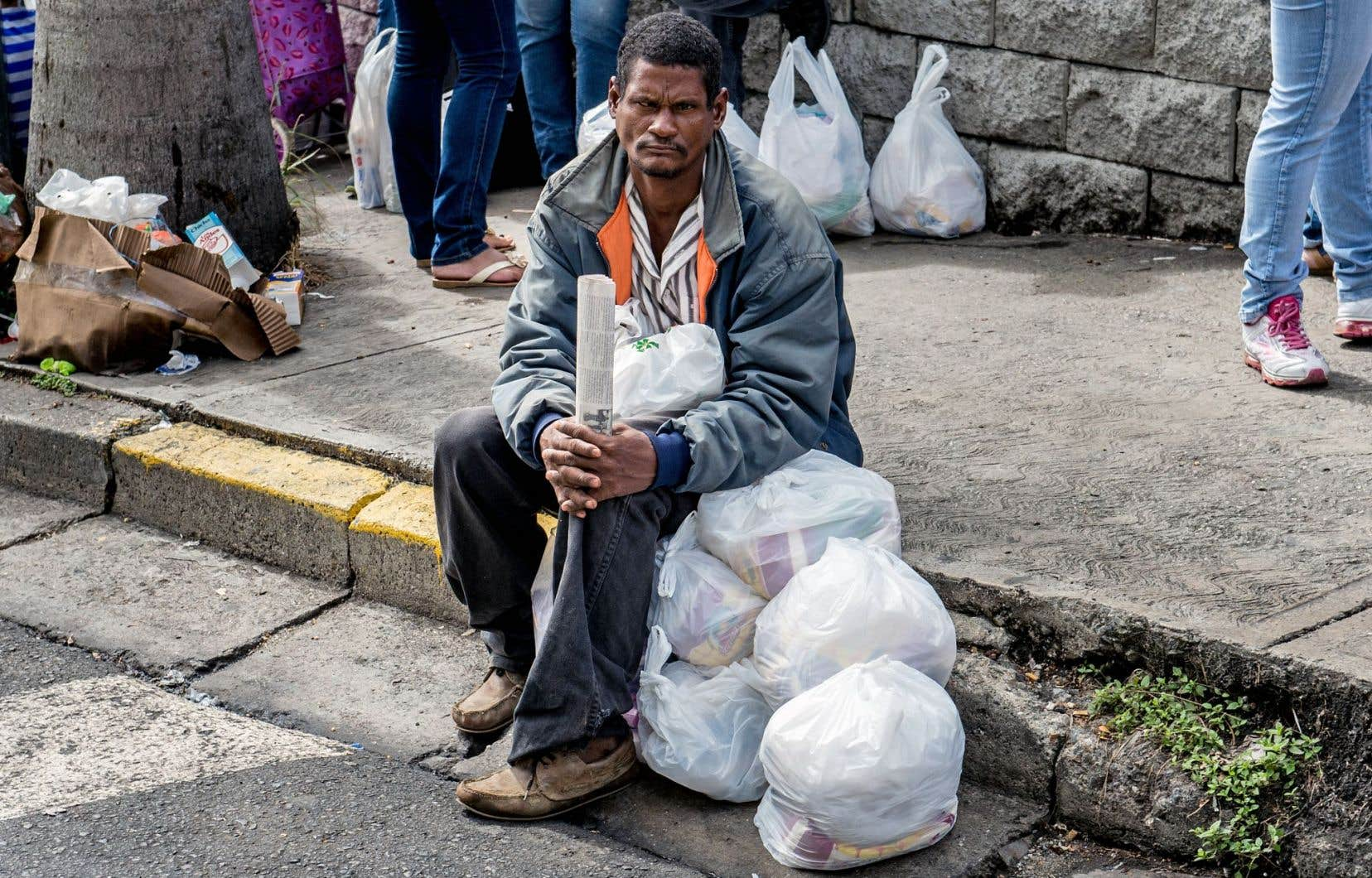À Caracas, au Venezuela, un homme, imitant en cela ses concitoyens, a fait la file dans un supermarché afin de faire des provisions en espérant se prémunir contre l'inflation qui, en 2014, a atteint 64%.