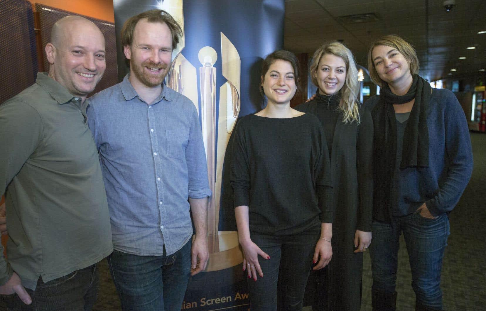 Luc Déry, à gauche, et Kim McCraw, à droite, de micro_scope, ont vu le film qu'ils ont produit, «Tu dors Nicole», obtenir six mises en nomination. Ils sont accompagnés du réalisateur Stéphane Lafleur et des actrices Julianne Côté et Catherine St-Laurent.