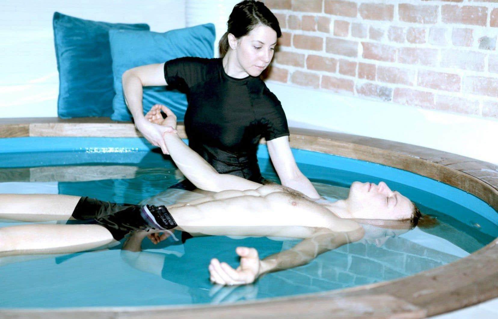 Dans un bain, noyé par 400 kilos de sels d'Epsom permettant de flotter en état d'apesanteur, le corps oscille lentement au rythme des manœuvres des thérapeutes.