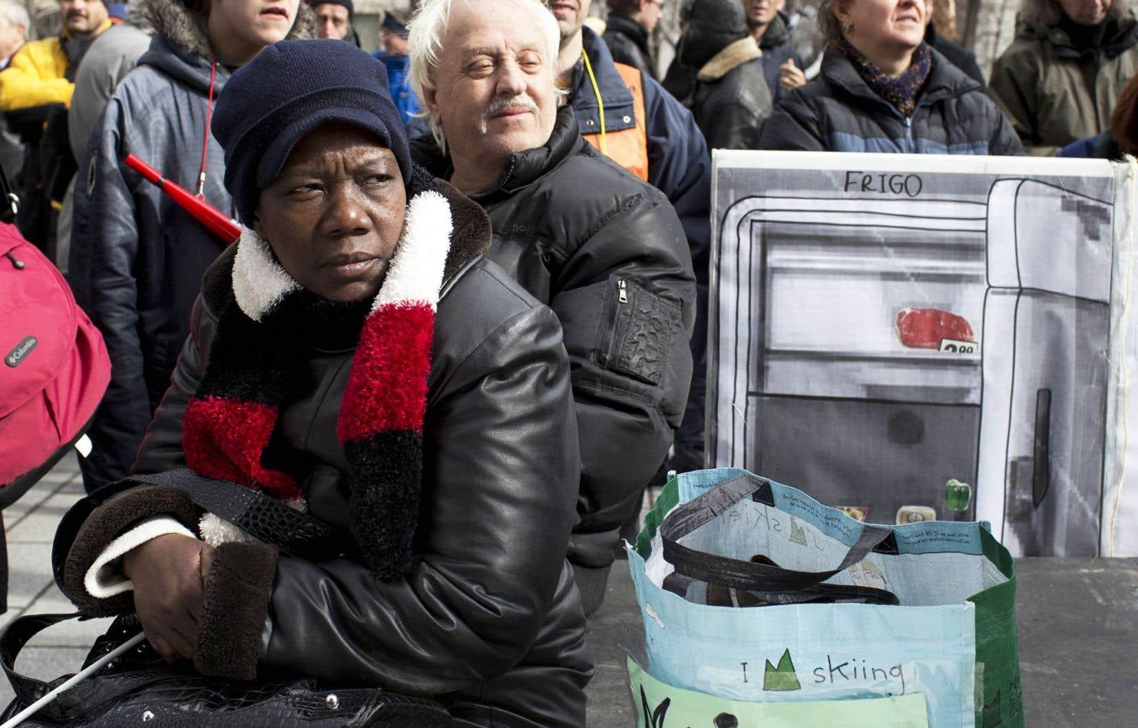 Les bénéficiaires qui voyagent plus de deux semaines sont souvent des immigrants dont les proches restés là-bas paient le billet d'avion, dit Geneviève Guernier, du Front commun des personnes assistées sociales.