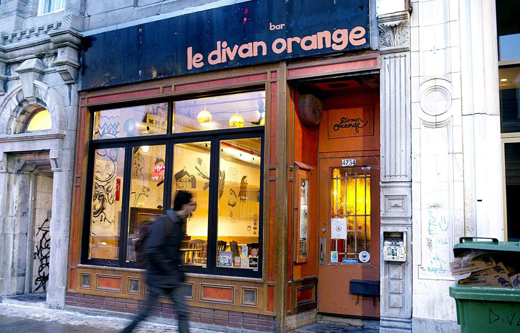 Le Divan orange avait quelque 25000dollars de dettes à cause d'amendes pour bruit excessif, mais aussi parce que son système de son avait rendu l'âme.
