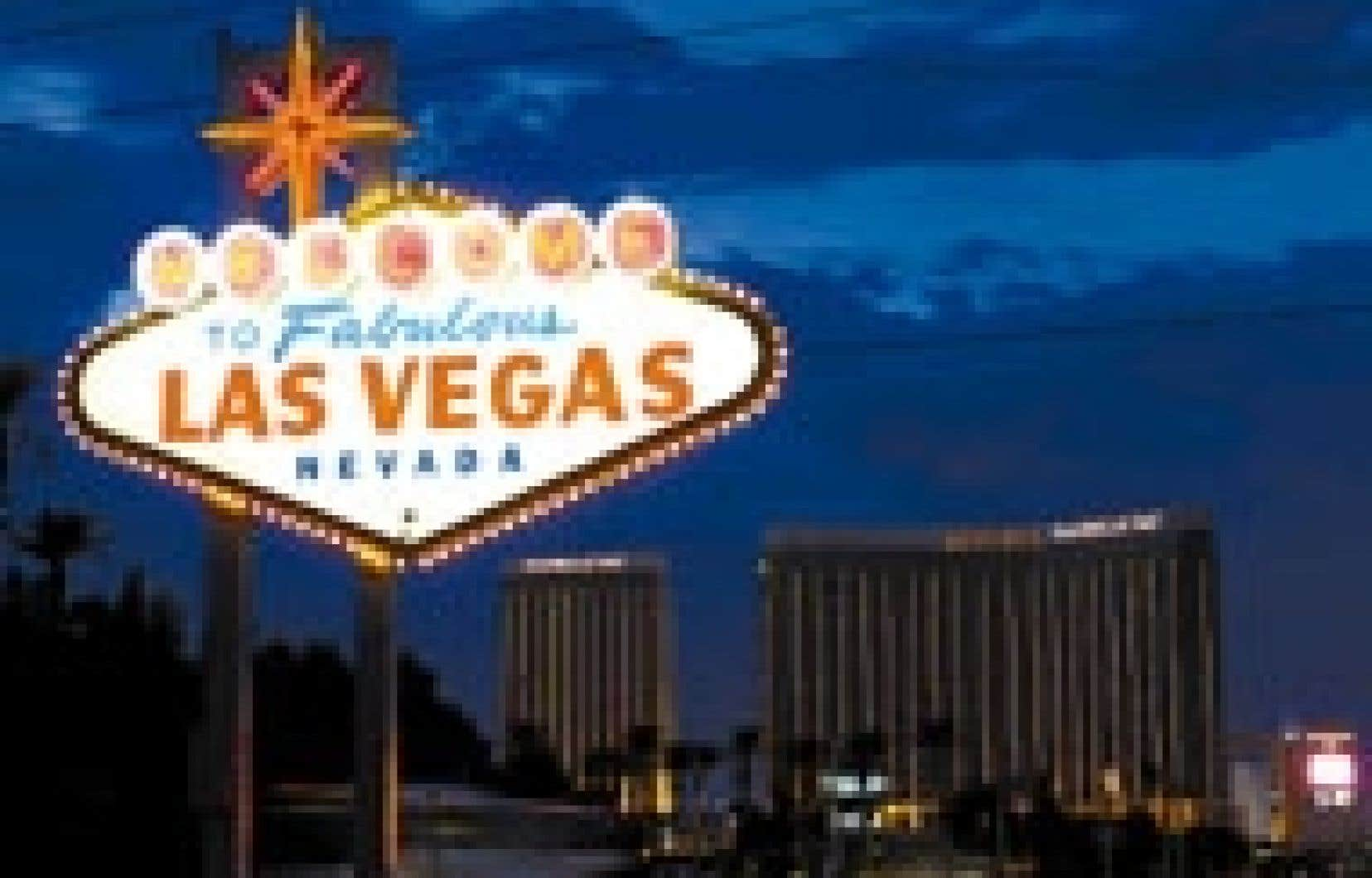 Le Strip, principal boulevard de Las Vegas. Il y a trois mois, Kirk Kerkorian rachetait le groupe de casinos et d'hôtels Mandalay Resort, dont on aperçoit un des fleurons, le Mandalay Bay, en arrière-plan.