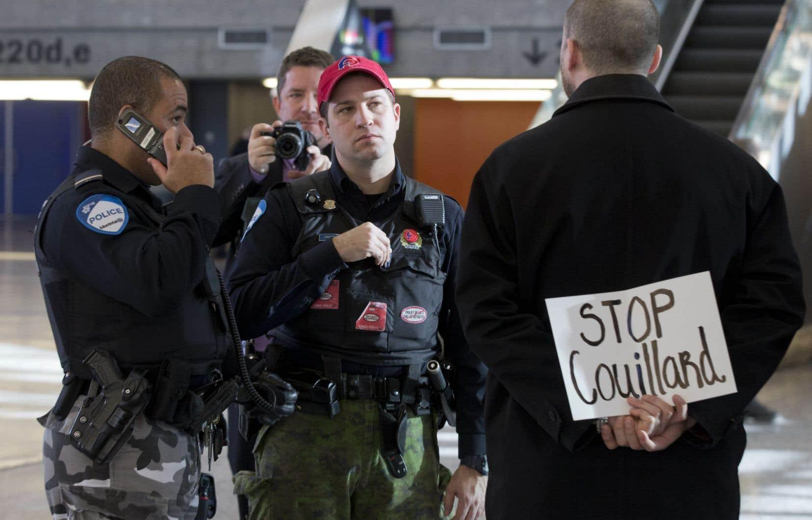 Les gens qui se sont levés pendant le discours de M. Couillard ont rapidement été escortés à l'extérieur.<br />