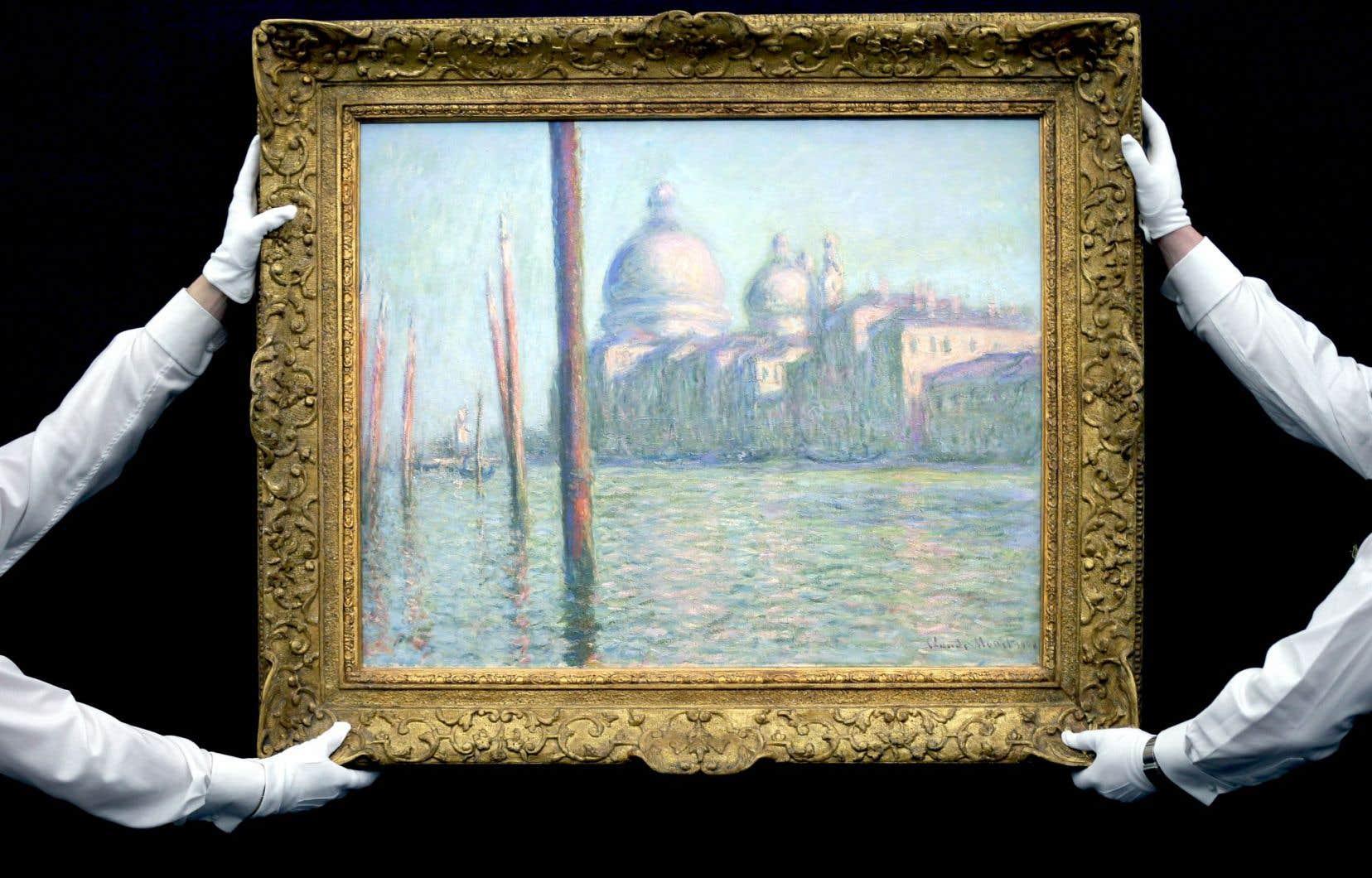 Des employés de Sotheby's présentent une toile de Claude Monet qui a été acquise au coût de 44millions de dollars.