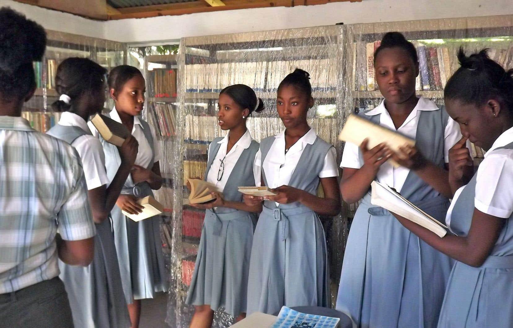 Des jeunes filles à la bibliothèque du Collège Cœur-Immaculé-de-Marie à Port-au-Prince