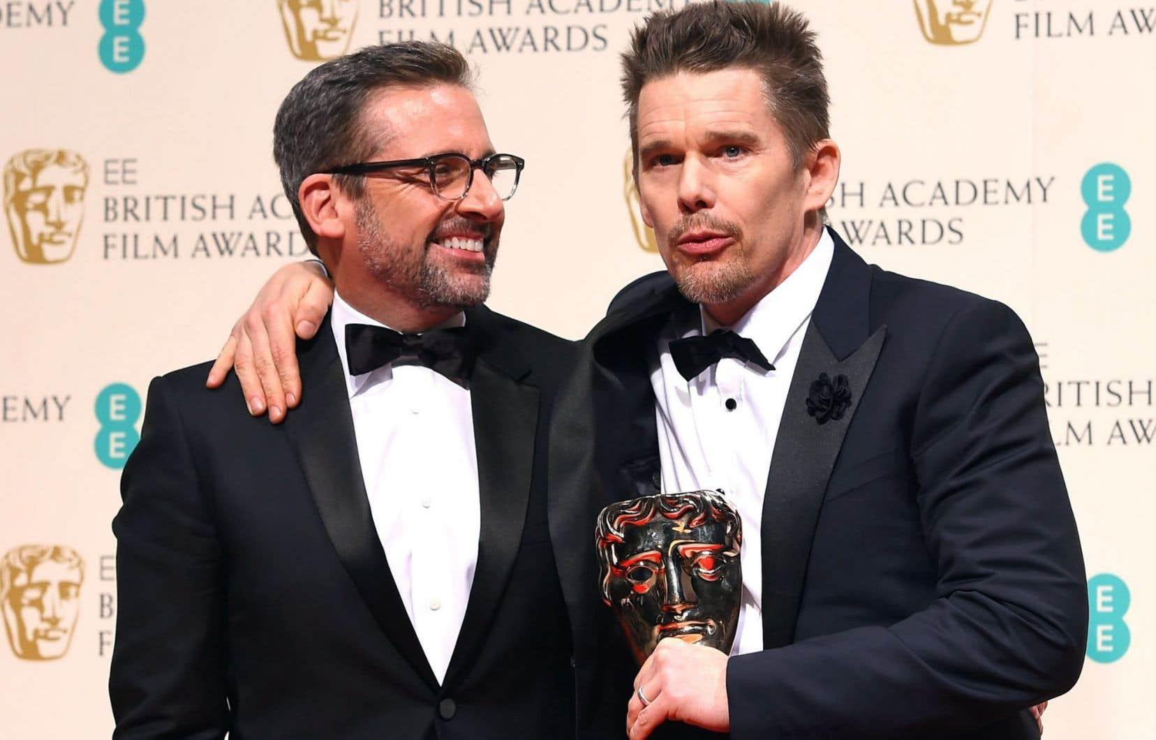 L'acteur Ethan Hawke (à droite), qui a joué dans le film Boyhood, a récupéré le prix du meilleur réalisateur pour Richard Linklater. Il pose en compagnie du comédien Steve Carrell.