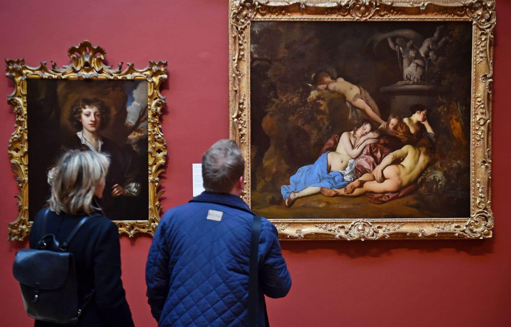 Des visiteurs observent des tableaux de la galerie londonienne à la recherche de la copie.