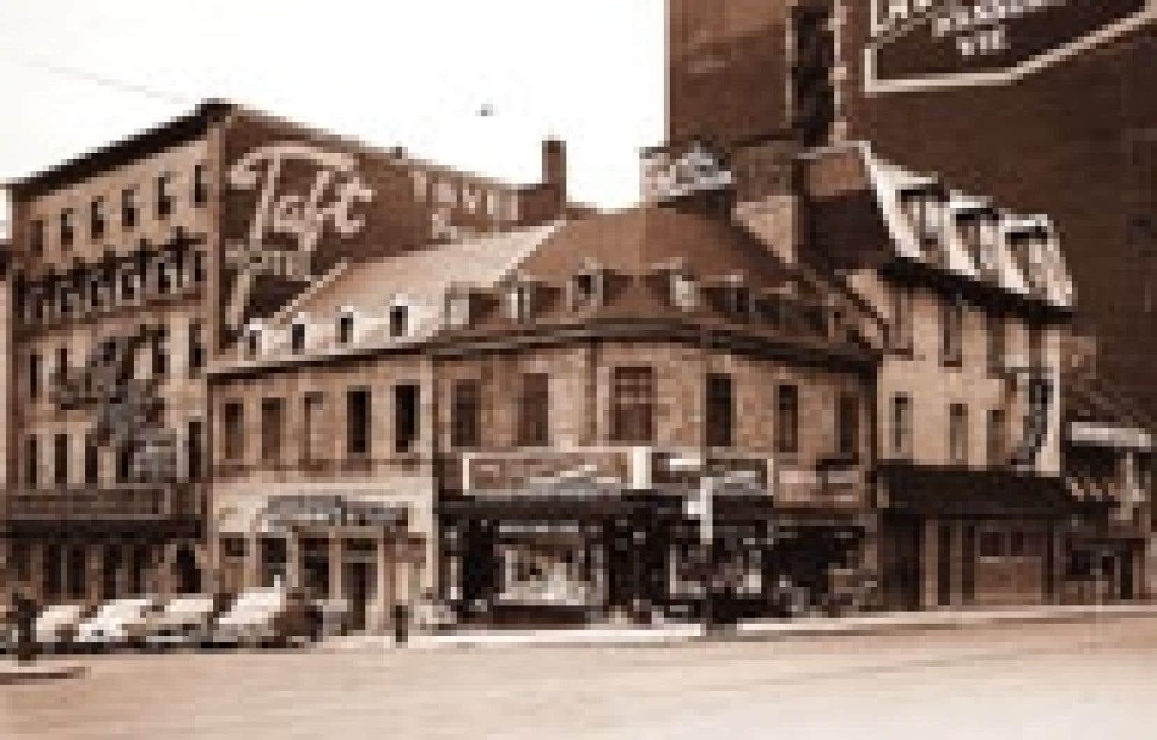 « Place Jacques-Cartier, angle sud-ouest. J'adore cette photo ancienne où les vieux édifices font simplement partie d'un paysage urbain ordinaire au lieu de revêtir leurs plus beaux atours pour les touristes comme aujourd'hui. Remarquez que l