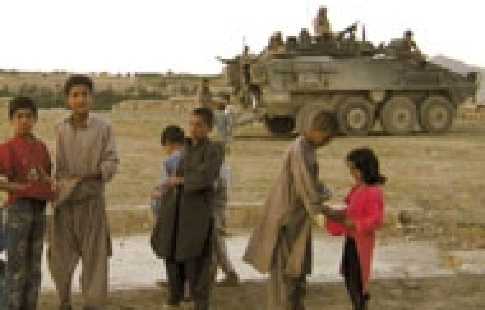 Les militaires distribuent régulièrement des vivres, des crayons et d'autres fournitures scolaires aux enfants.
