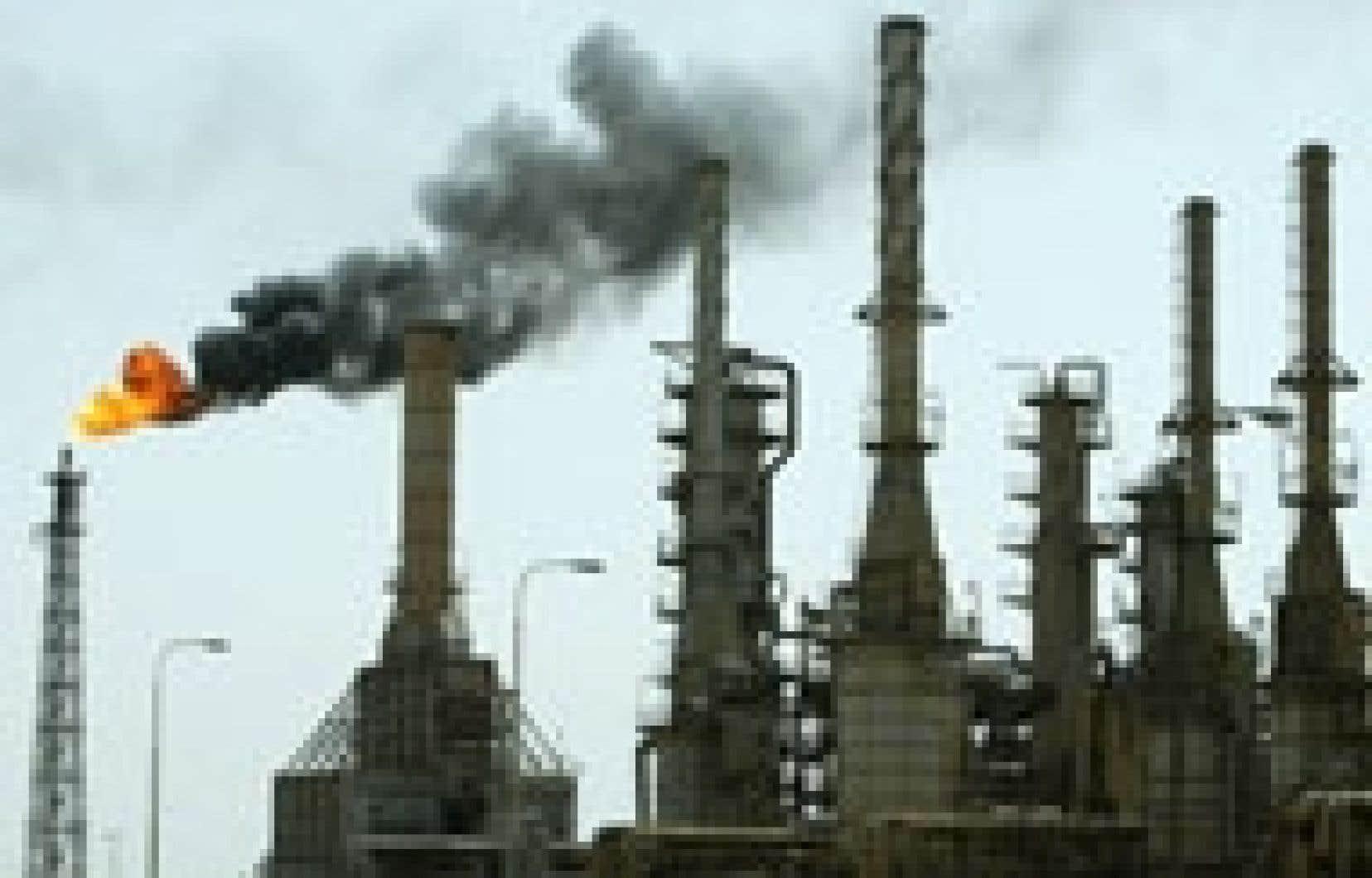 Les difficultés du géant pétrolier russe Ioukos et une forte spéculation ont fait flamber les prix du brut, hier.
