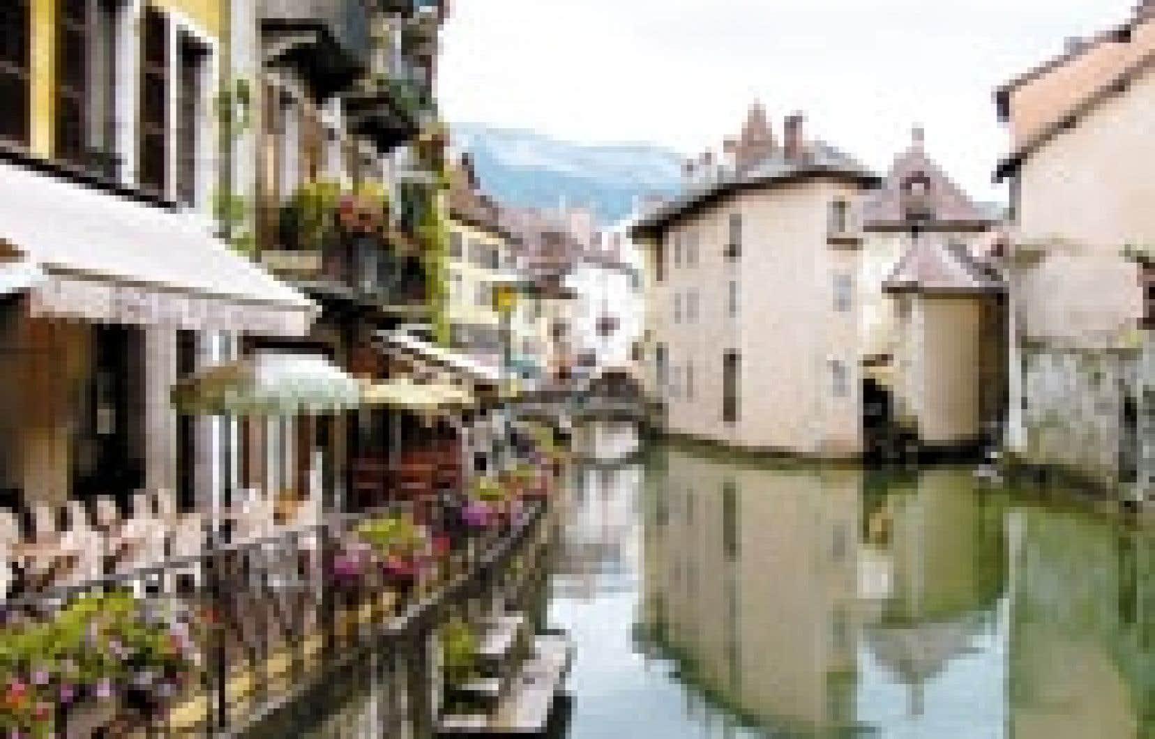 À un saut de puce de Saint-Gervais-les-Bains, Annecy déploie ses charmes par petites touches de couleurs avec une grâce qui lui vaut le titre de « petite Venise savoyarde ».