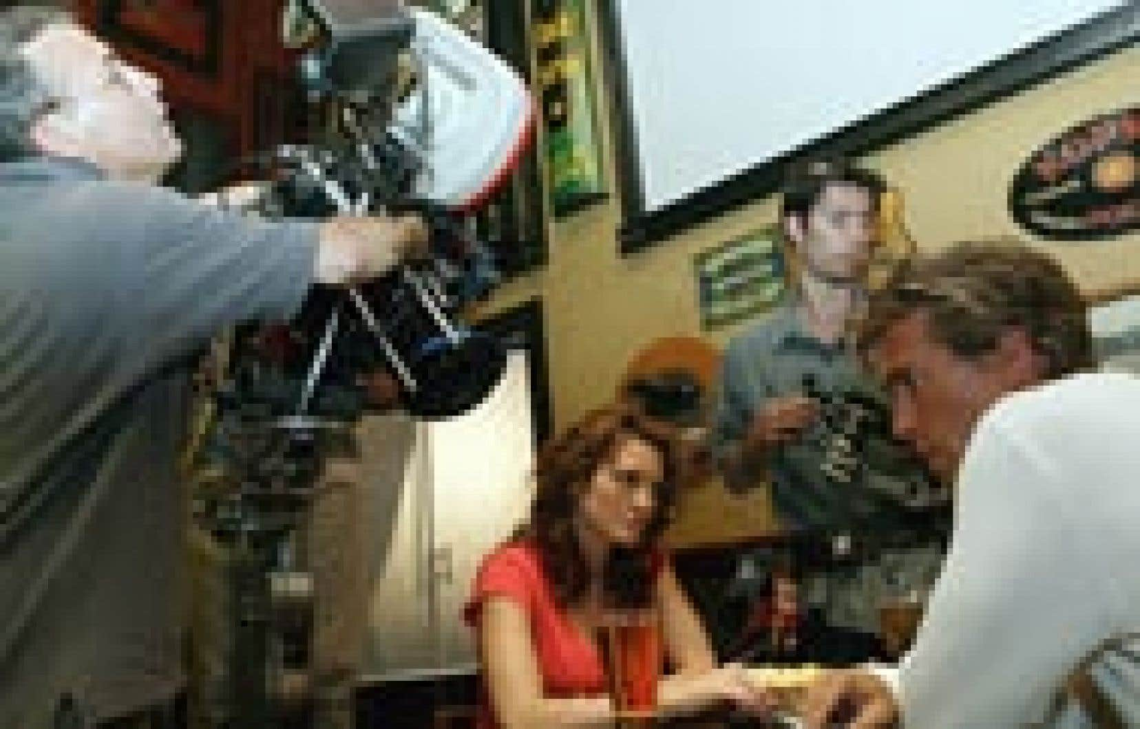 Les comédiens Lucie Laurier et Roy Dupuis se donnent la réplique dans C'est pas moi... c'est l'autre!, un film québécois coproduit avec la France et le Royaume-Uni, actuellement en tournage à Montréal. Pendant que les Américains désertent M