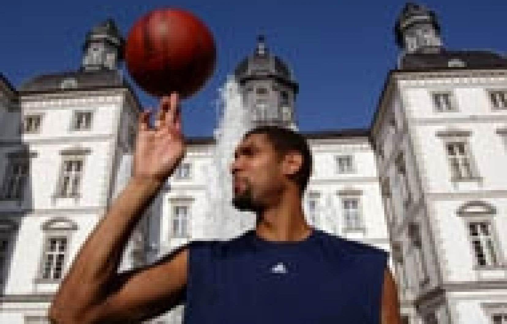 Tim Duncan, basketteur de l'équipe olympique américaine, a le doigt long -- assez en tout cas pour faire tourner son ballon pendant plusieurs secondes en pensant déjà à l'or qui l'attend à Athènes.