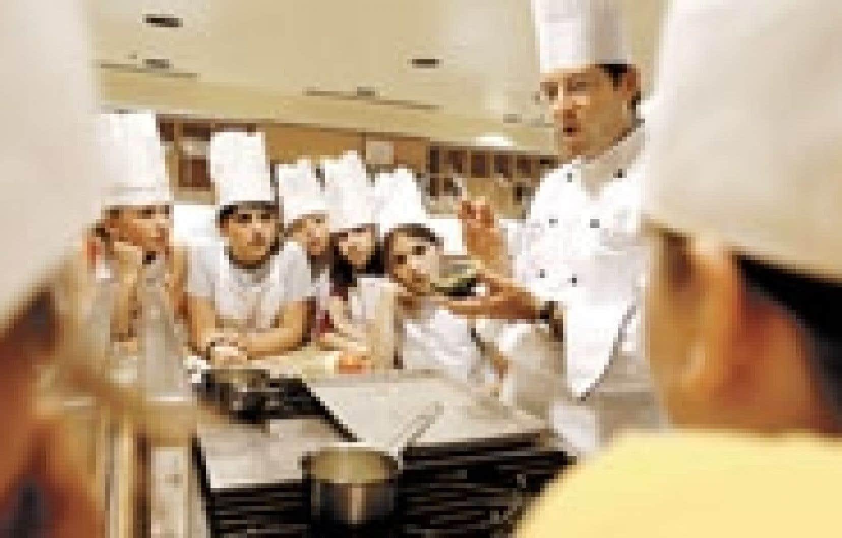 L'école des saveurs ne prend jamais congé. Les émules d'Escoffier entourent le chef Daniel Trottier, de l'Académie culinaire.