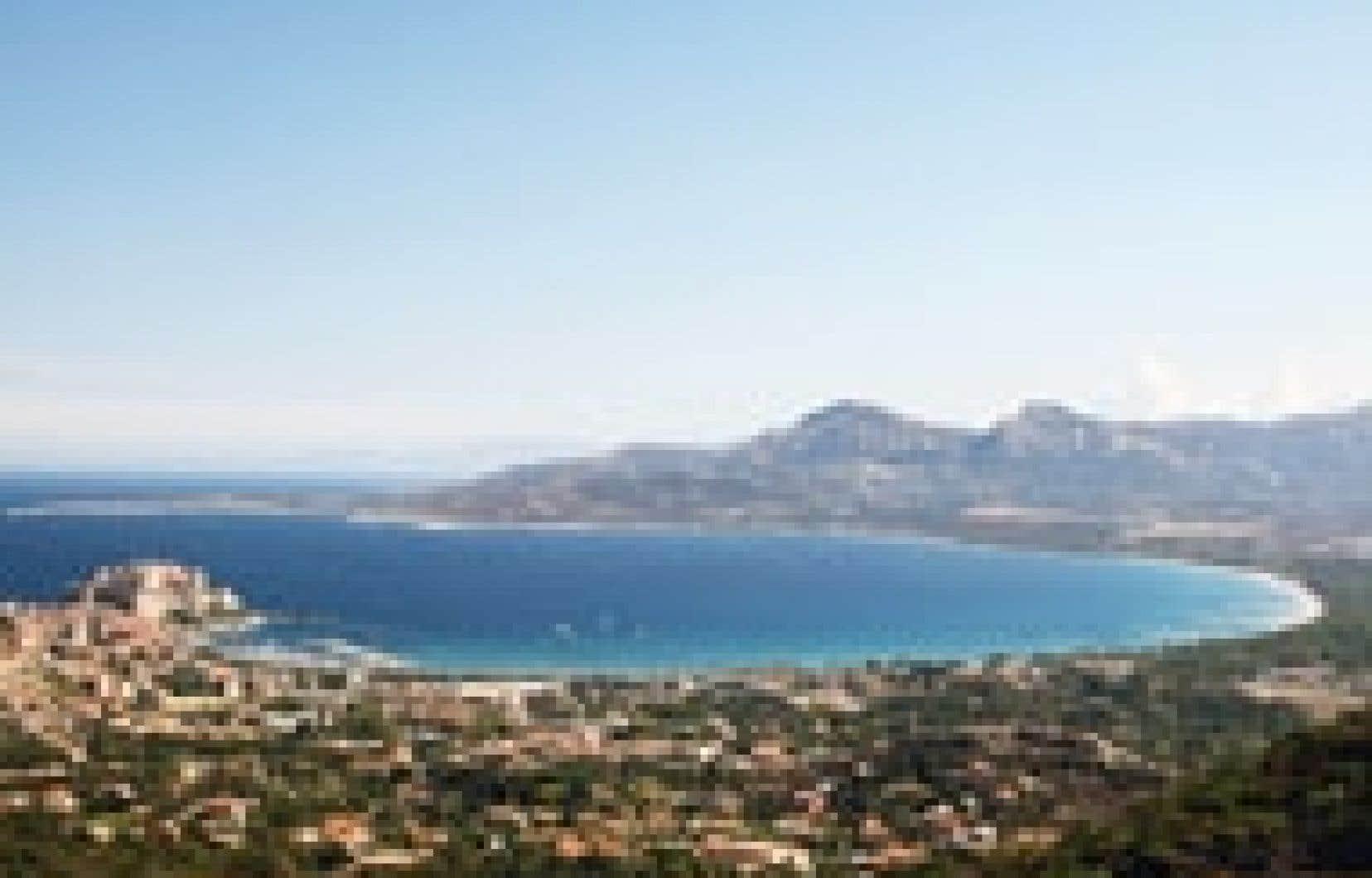 La ville de Calvi et sa baie vues du haut du sanctuaire de la Madonna di a Serra. Photos: Carolyne Parent