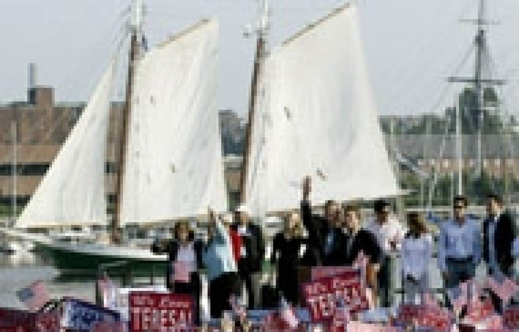 Les deux John, Kerry et Edwards, ont salué hier leurs partisans dans le port de Boston.