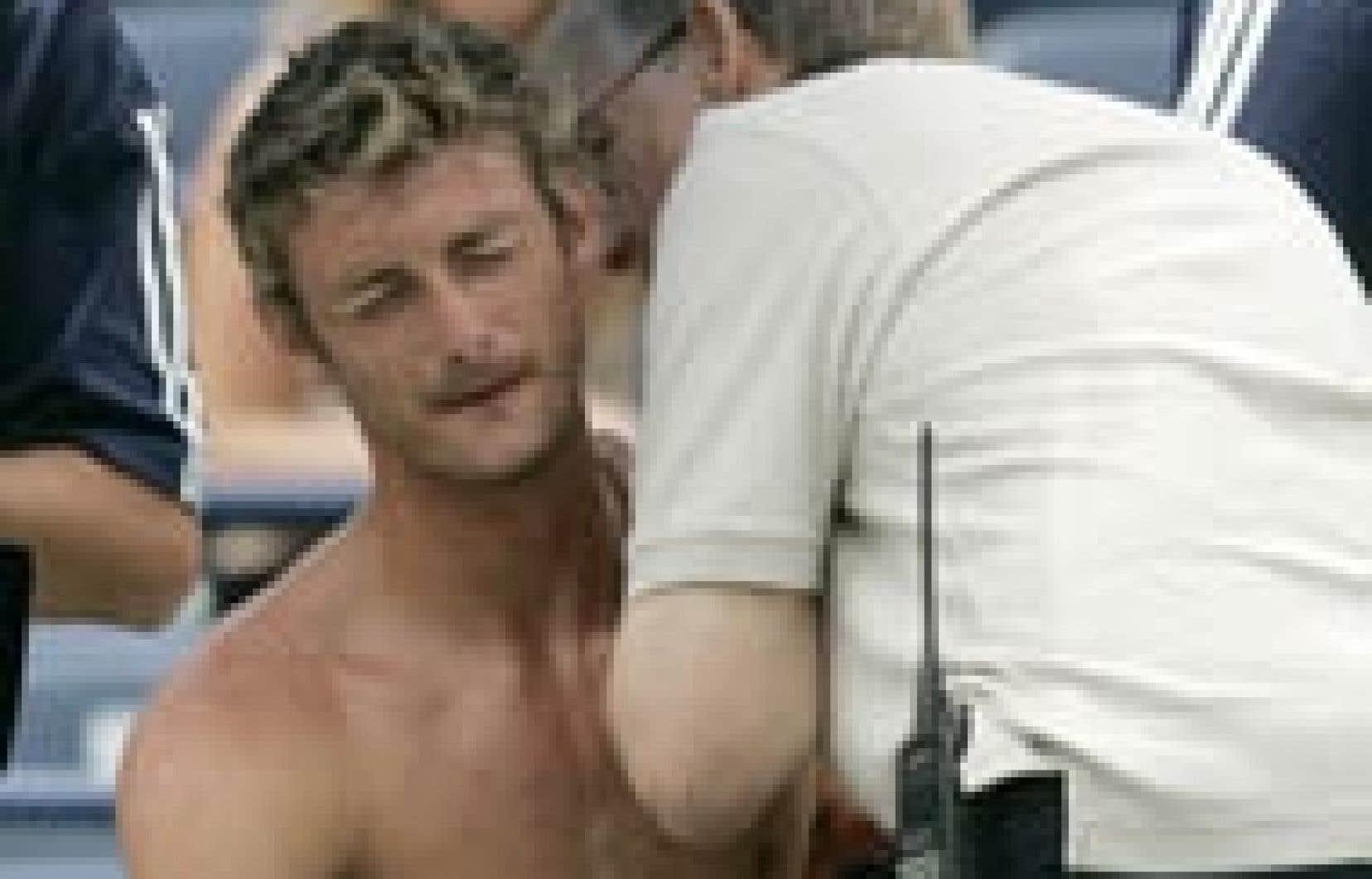 L'Espagnol Juan Carlos Ferrero a abandonné en première manche de la rencontre l'ayant opposé au Français Fabrice Santoro en raison de douleurs au dos.