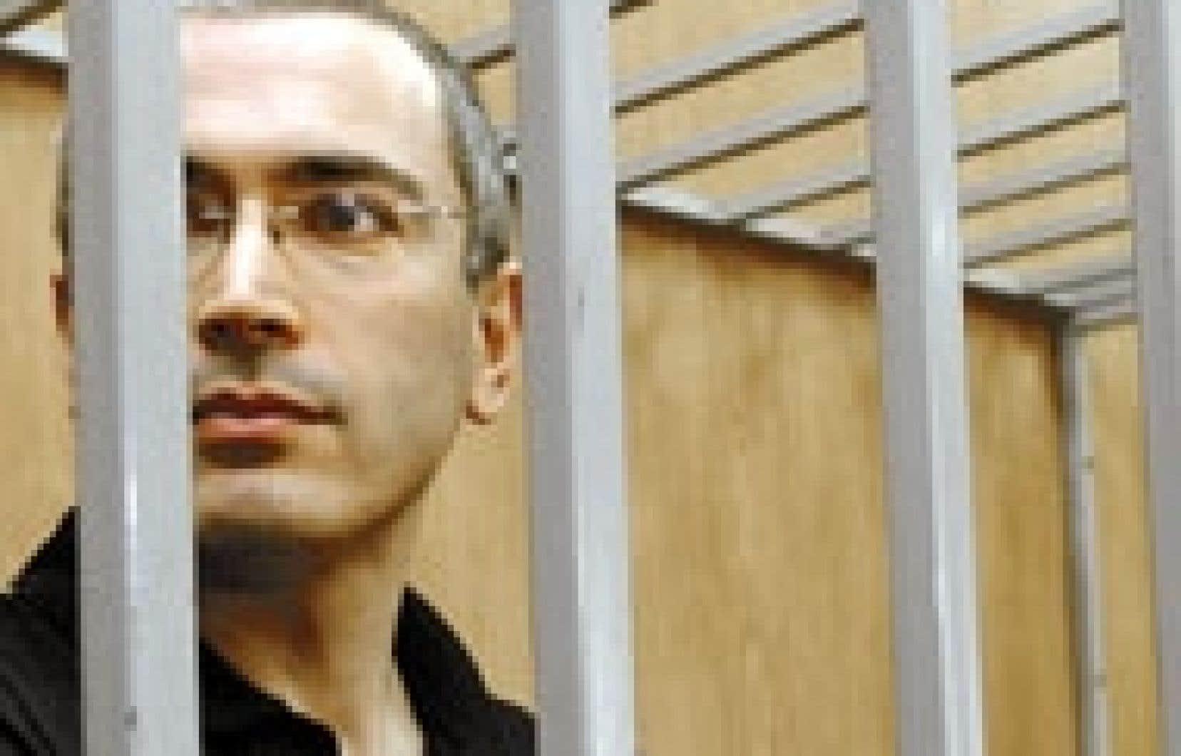 le milliardaire russe Mikhaïl Khodorkovski, principal propriétaire du géant pétrolier Ioukos, assiste au déroulement de son procès pour fraude et évasion fiscale dans la cage des accusés. Les actes du drame Ioukos se sont enchaînés ces derniers