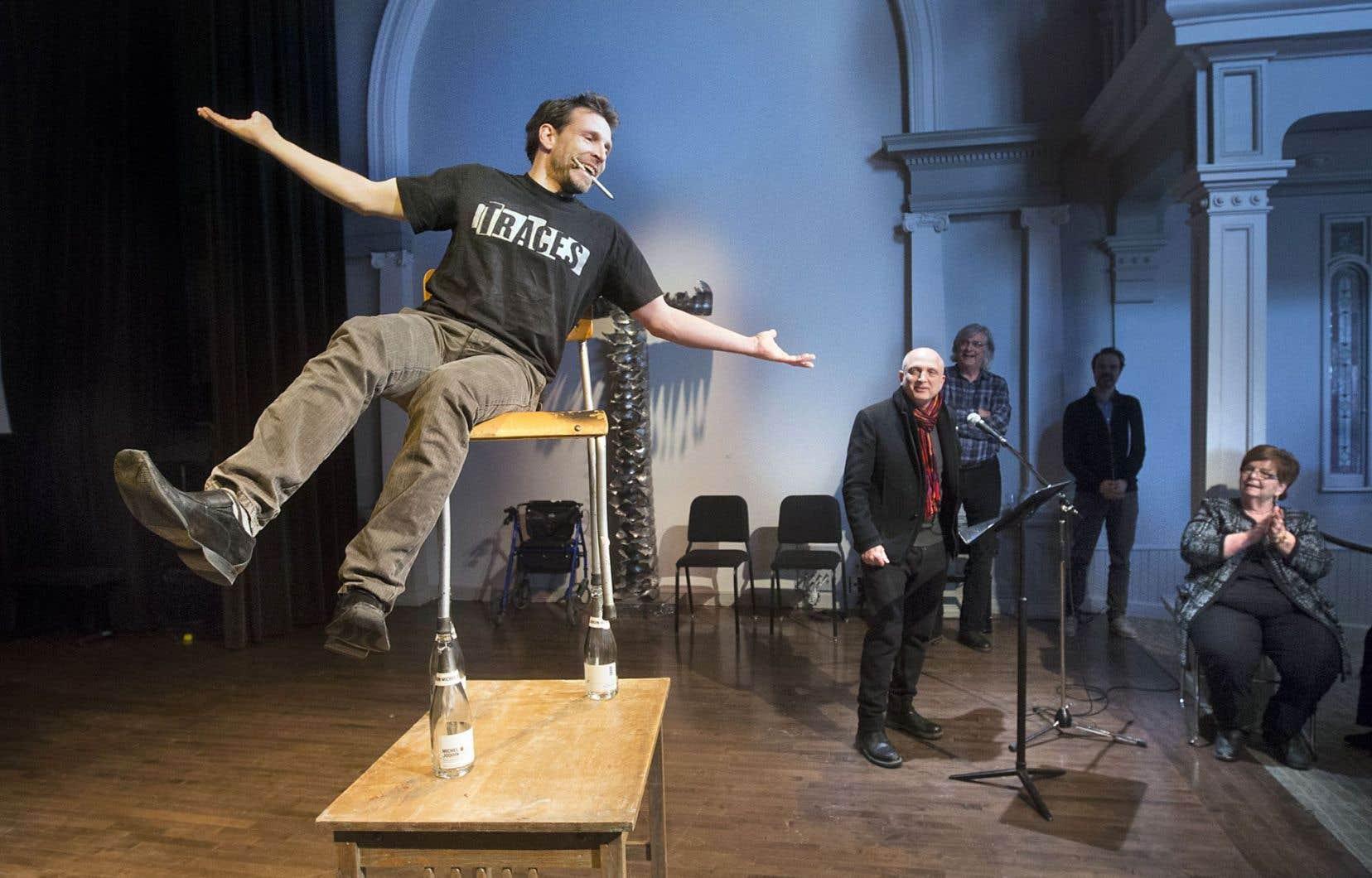 Patrick Léonard, un des membres fondateurs des 7 doigts de la main, a fait quelques acrobaties sous le regard du d.g. du collectif, Nassib El-Husseini.