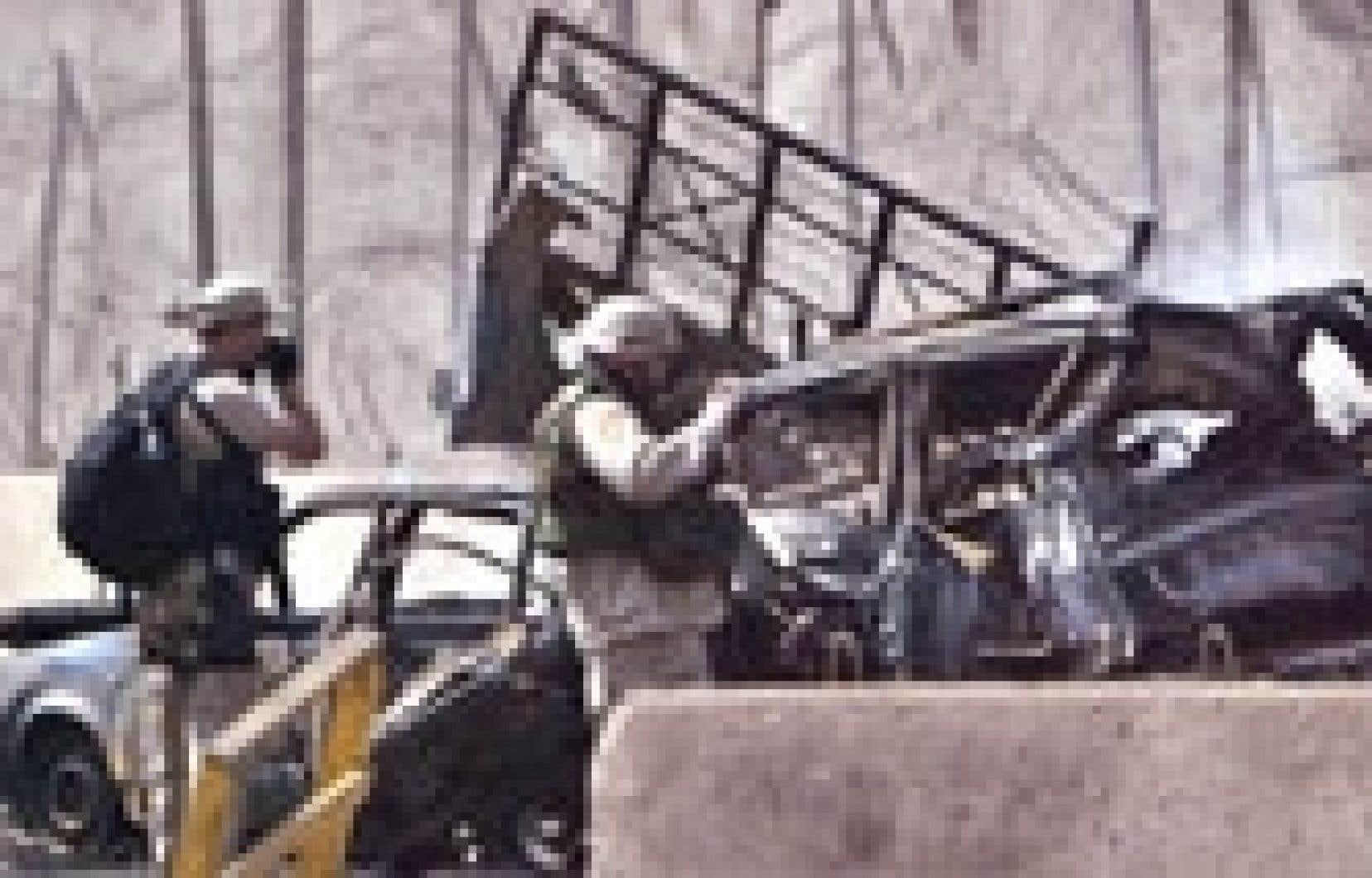 Des soldats américains se sont rendus sur les lieux de l'explosion d'une voiture, hier à Bagdad.