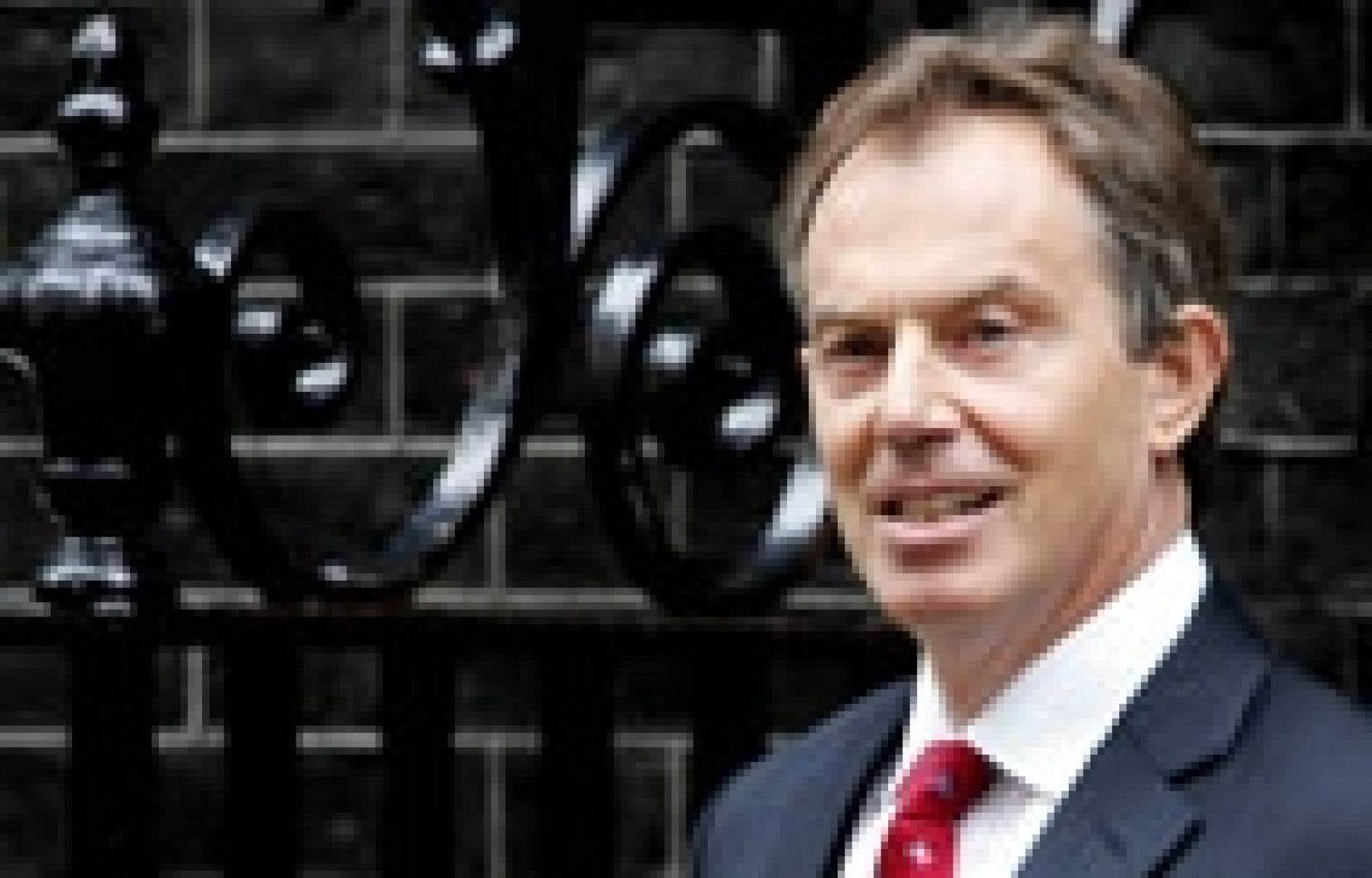Tony Blair avait l'air soucieux hier en quittant Downing Street.