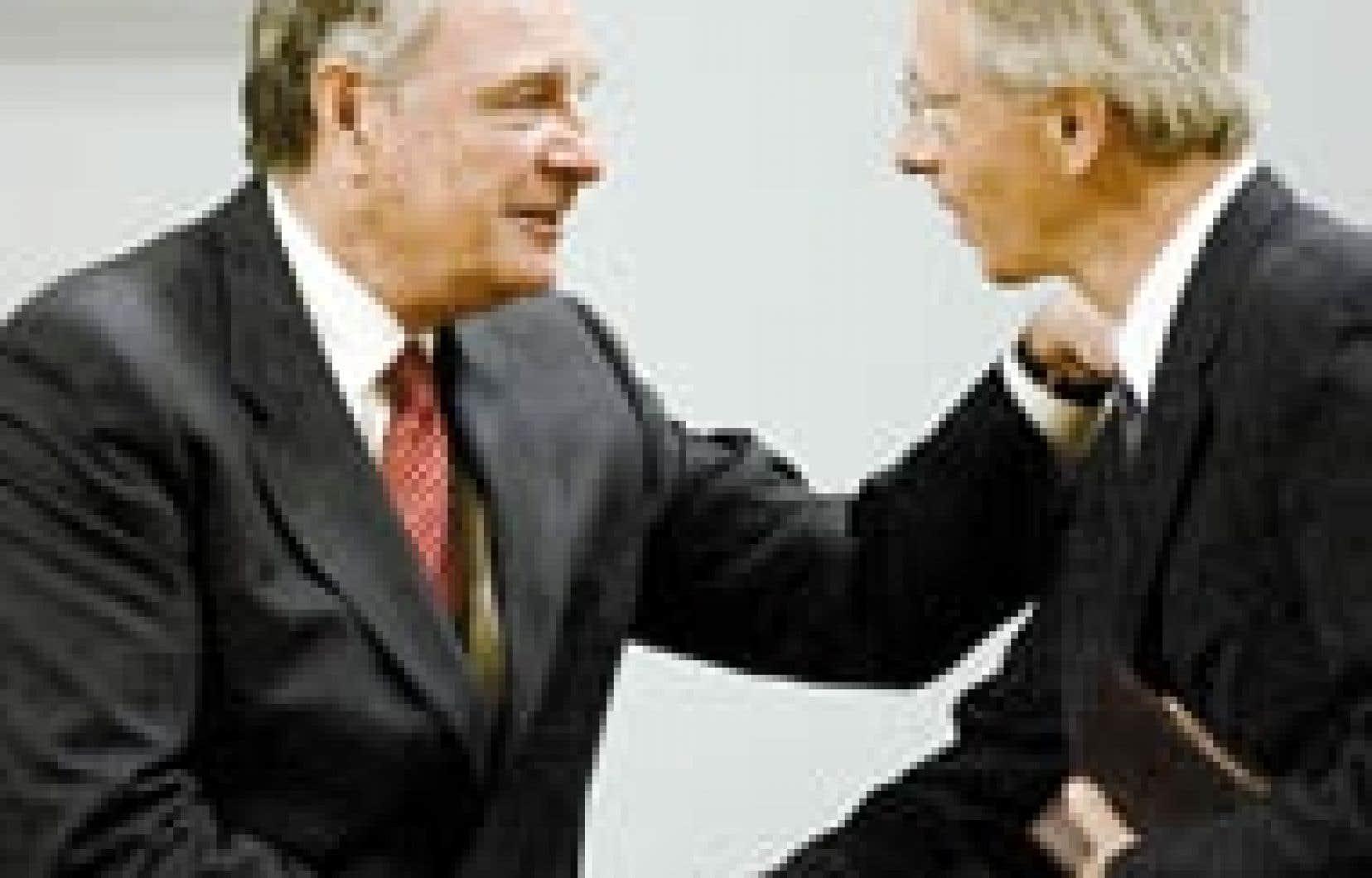Paul Martin félicite son ancien ennemi et nouveau ministre de l'Environnement, Stéphane Dion.